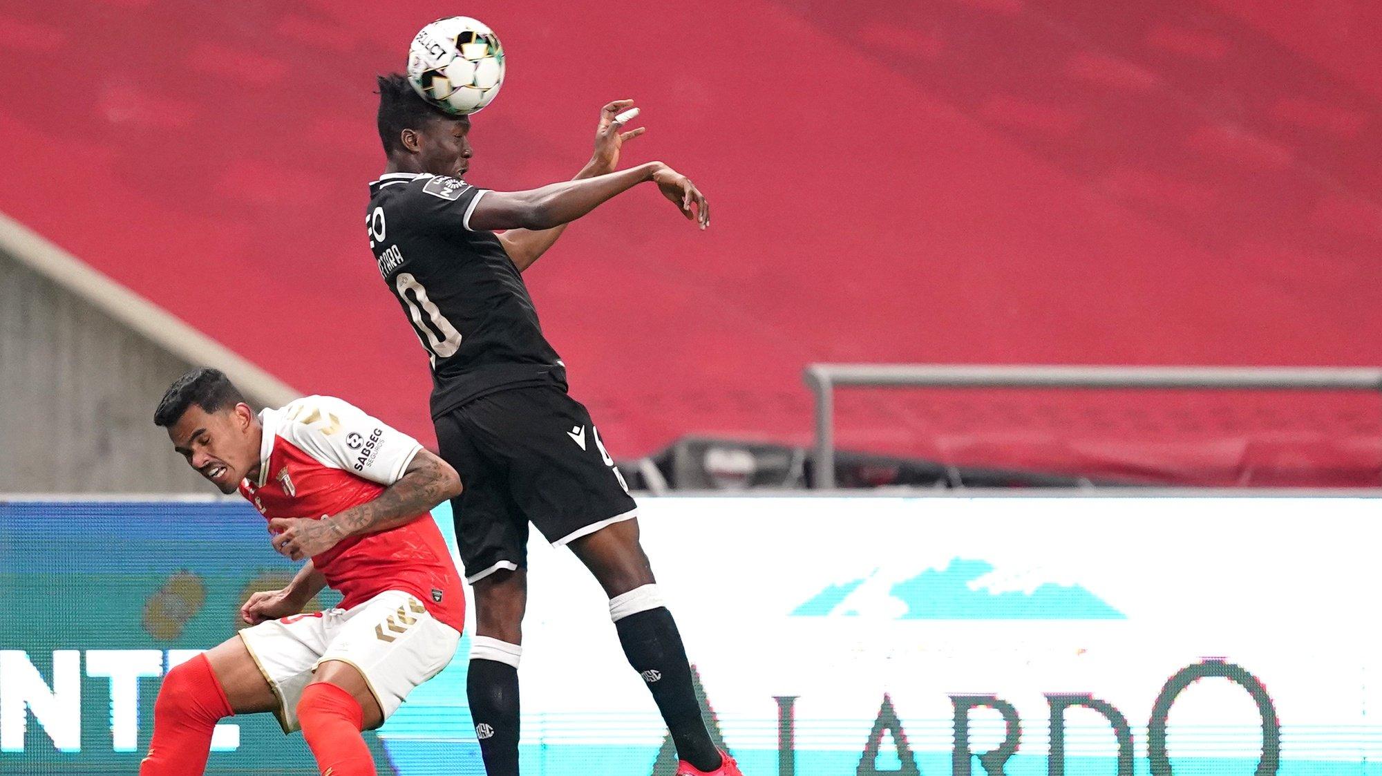 Galeno (E) do Sporting de Braga disputa a bola com Zie Ouattara do Vitória de Guimarães no jogo a contar para a Primeira Liga de Futebol realizado no Estádio Municipal de Braga, 9 de março de 2021. HUGO DELGADO/LUSA