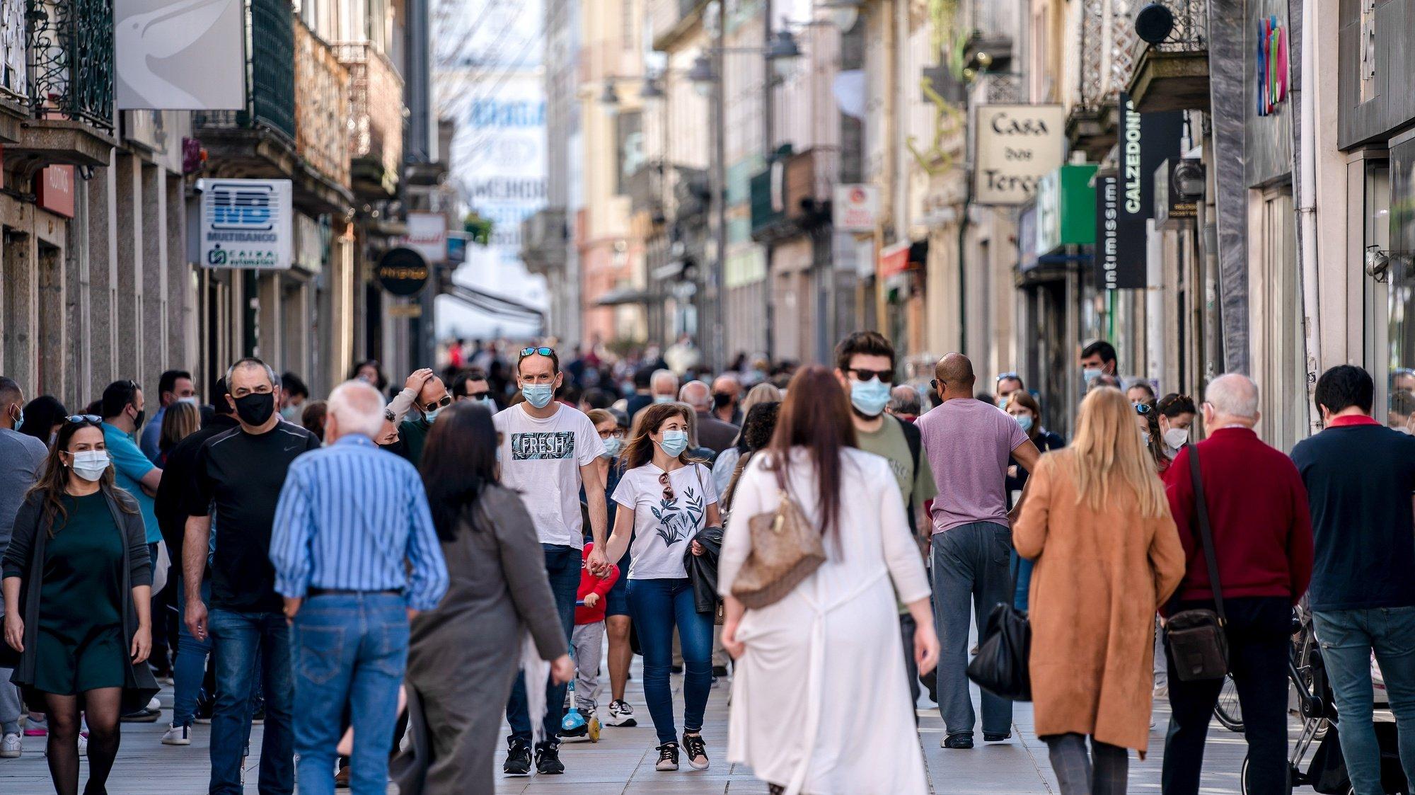 Pessoas nas ruas de Braga no âmbito do plano de desconfinamento de Portugal continental, Braga, 5 de abril de 2021. A decisão de avançar com a segunda fase do plano do Governo foi tomada na sexta-feira em Conselho de Ministros, depois de analisada a situação da pandemia em Portugal, em especial o índice de transmissibilidade (Rt) do vírus SARS-CoV-2 e a taxa de incidência de novos casos de covid-19. HUGO DELGADO/LUSA