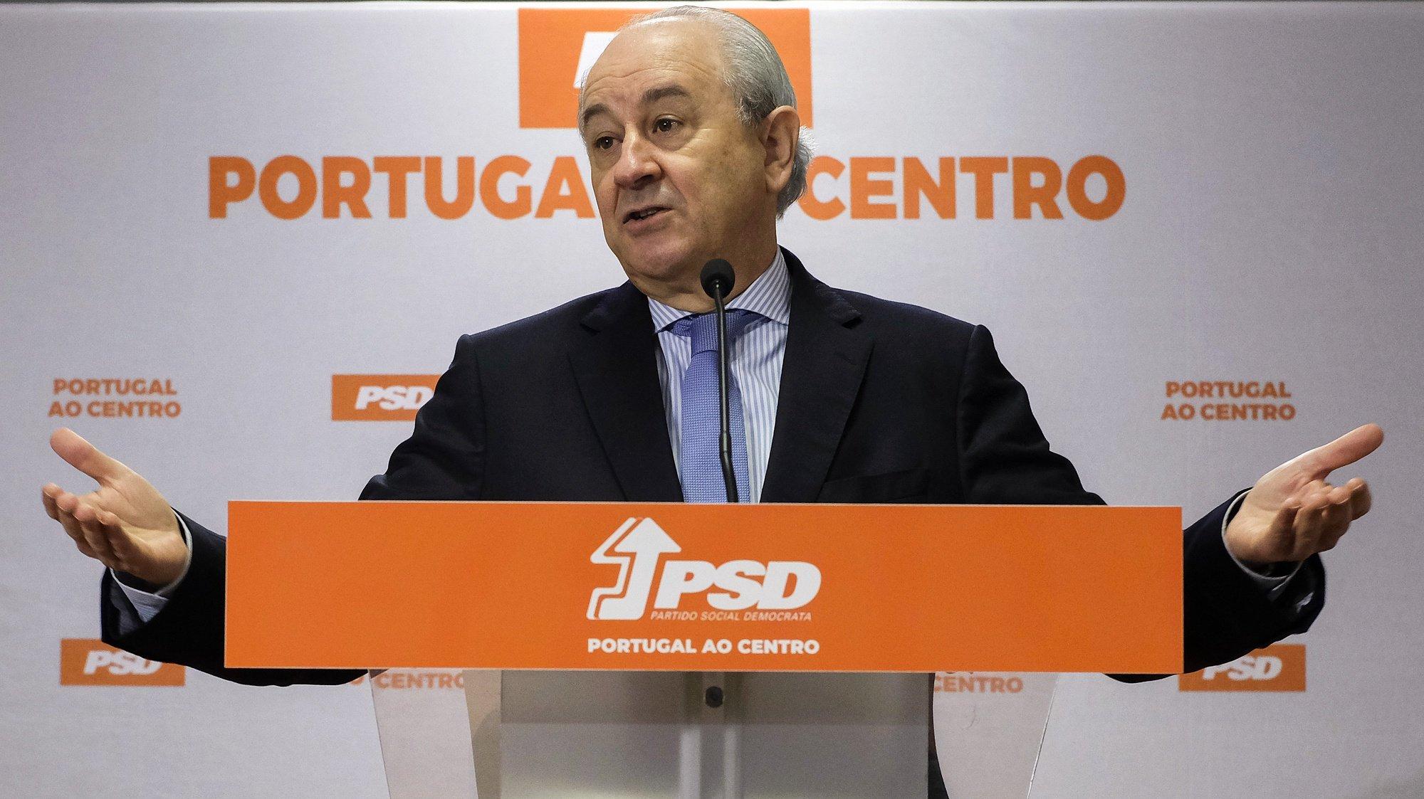 O presidente do Partido Social Democrata , Rui Rio, faz declarações aos jornalistas após ter reunido com os representantes do Sindicato dos Oficiais de Justiça, na sede do partido no Porto. 03 de maio de 2021. FERNANDO VELUDO/LUSA