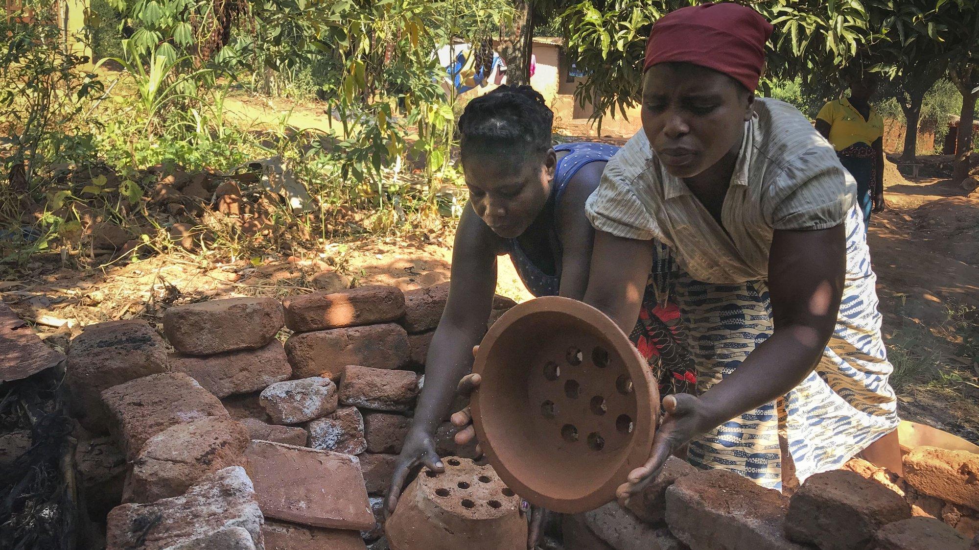 Mulheres produzem fogareiros de barro, também chamados de fogões 'poupa-lenha', Chimoio, Moçambique, 28 de maio de 2021. Centenas de famílias em Chimoio fabricam e usam fogões 'poupa-lenha', concebidos para poupar 80% do combustível consumido a fogo aberto, reduzindo a pressão sobre as florestas. (ACOMPANHA TEXTO DE 30/05/2021) ANDRÉ CATUEIRA/LUSA