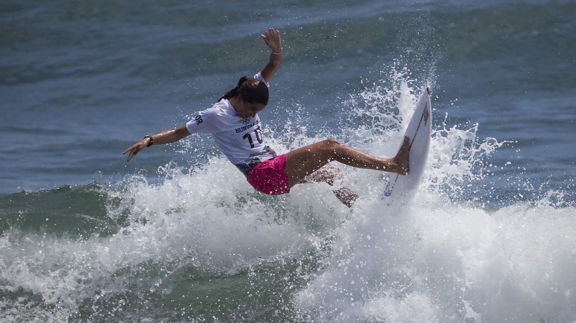 A portuguesa Teresa Bonvalot em ação na primeira ronda do surf olímpico de Tóquio2020, na praia de Tsurigasaki, em Chiba, a cerca de 100 quilómetros de Tóquio, Japão, 25 de julho de 2021. JOSÉ COELHO/LUSA