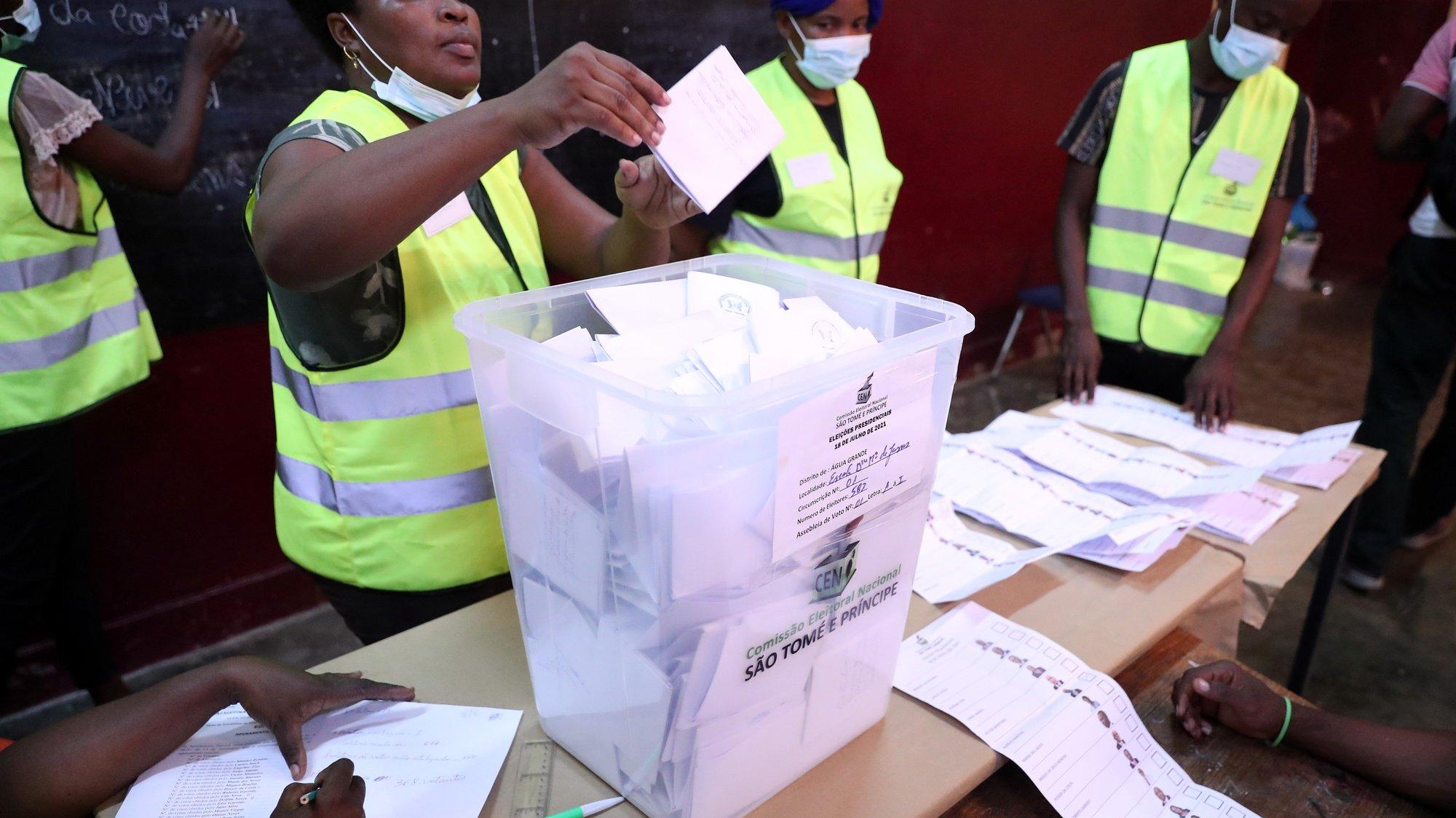 Elementos de uma secção eleitoral contam os votos no início do escrutínio eleitoral, durante as eleições presidenciais em São Tomé e Príncipe, em São Tomé, 18 de julho de 2021. NUNO VEIGA/LUSA