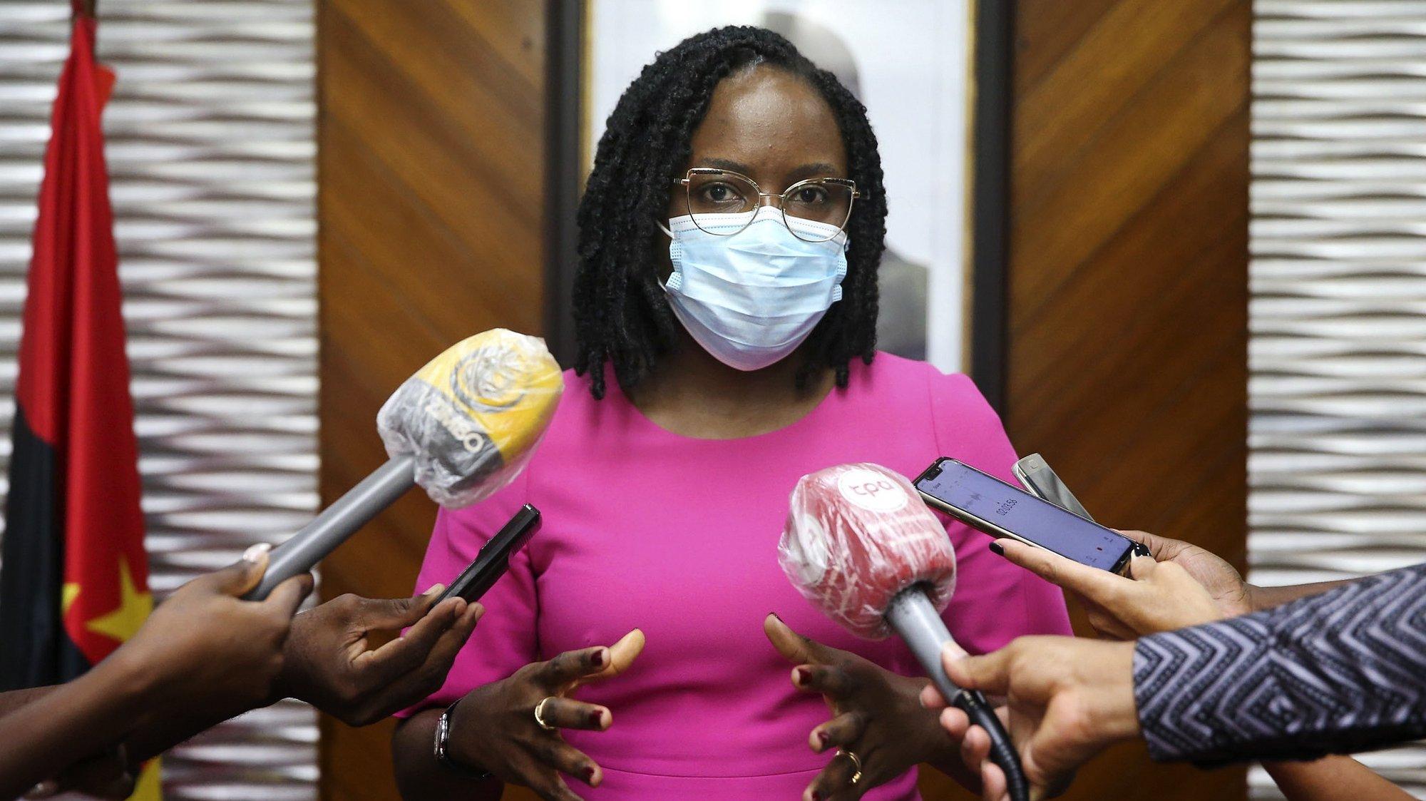 A ministra das Finanças de Angola, Vera Daves de Sousa, fala aos jornalistas durante um encontro com a representante da Organização Mundial da Saúde (OMS), Djamila Khady Cabral (ausente na fotografia), em Luanda, Angola, 2 de dezembro de 2020. AMPE ROGÉRIO/LUSA
