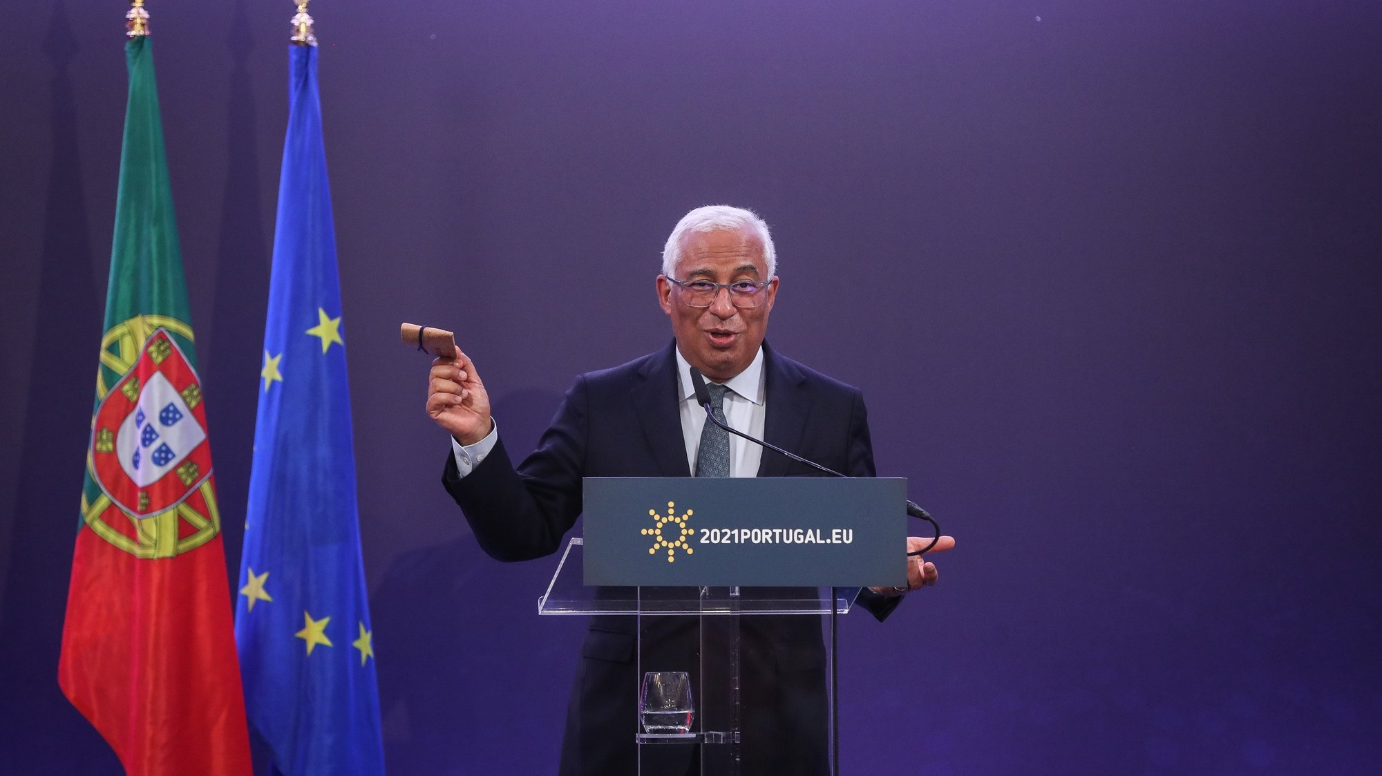 Portuguese Prime Minister, António Costa, shows a protective cork mask carrier during the press conference at the end of the European Council meeting, at Centro Cultural de Belém, Lisbon, March 25, 2021. MÁRIO CRUZ/LUSA