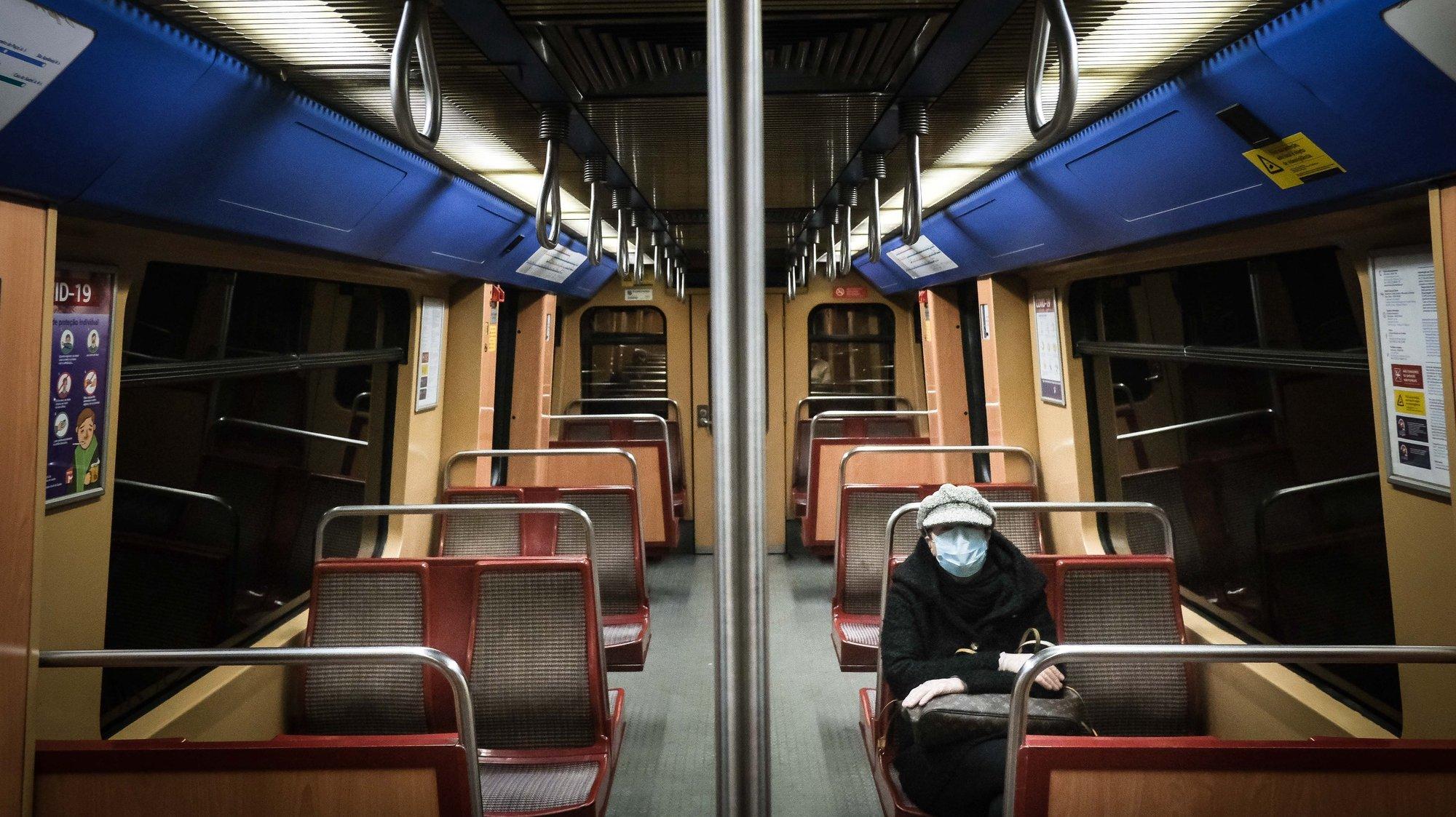 CONJUNTO DE 30 FOTOGRAFIAS SOBRE UM ANO DE ESTADO DE EMERGÊNCIA: 03-30: Foto datada de 03/04/2020: Uma mulher dentro do metro em Lisboa, Portugal, 03 de Abril de 2020. Ontem, o Parlamento português aprovou o decreto para prolongar o estado de emergência até 17 de Abril devido ao surto de coronavírus (COVID-19). MARIO CRUZ/LUSA