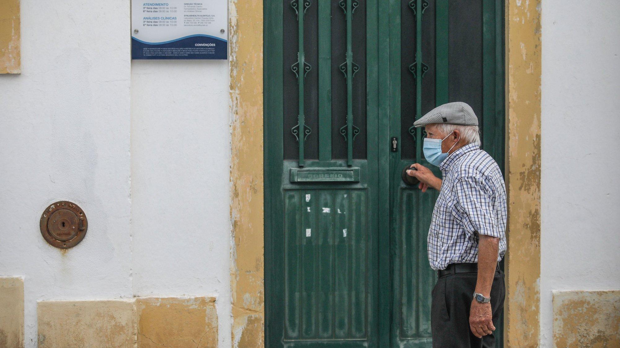 Um popular tenta aceder a um posto de saúde  nas ruas de Mora, em Évora, 18 agosto 2020. O número de pessoas infetadas com covid-19 na vila alentejana de Mora subiu hoje para 46, mais quatro do que na segunda-feira, disse à agência Lusa o presidente do município. ANDRÉ KOSTERS / LUSA