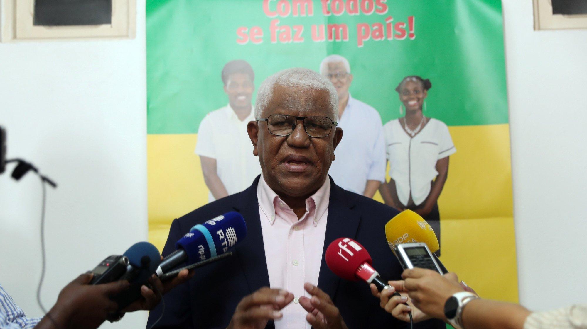 O candidato presidencial Guilherme Posser da Costa, que irá disputar a segunda volta nas eleições, fala aos jornalistas durante uma conferência de imprensa, São Tomé, São Tomé e Príncipe, 20 de julho de 2021. NUNO VEIGA/LUSA