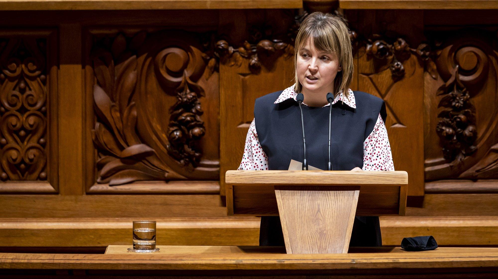 """A deputada do Partido Ecologista """"Os Verdes"""", Mariana Silva,   usa da palavra durante o debate sobre o pedido de renovação do estado de emergência, na Assembleia da República, em Lisboa, 11 de fevereiro de  2021. JOSÉ SENA GOULÃO/LUSA"""