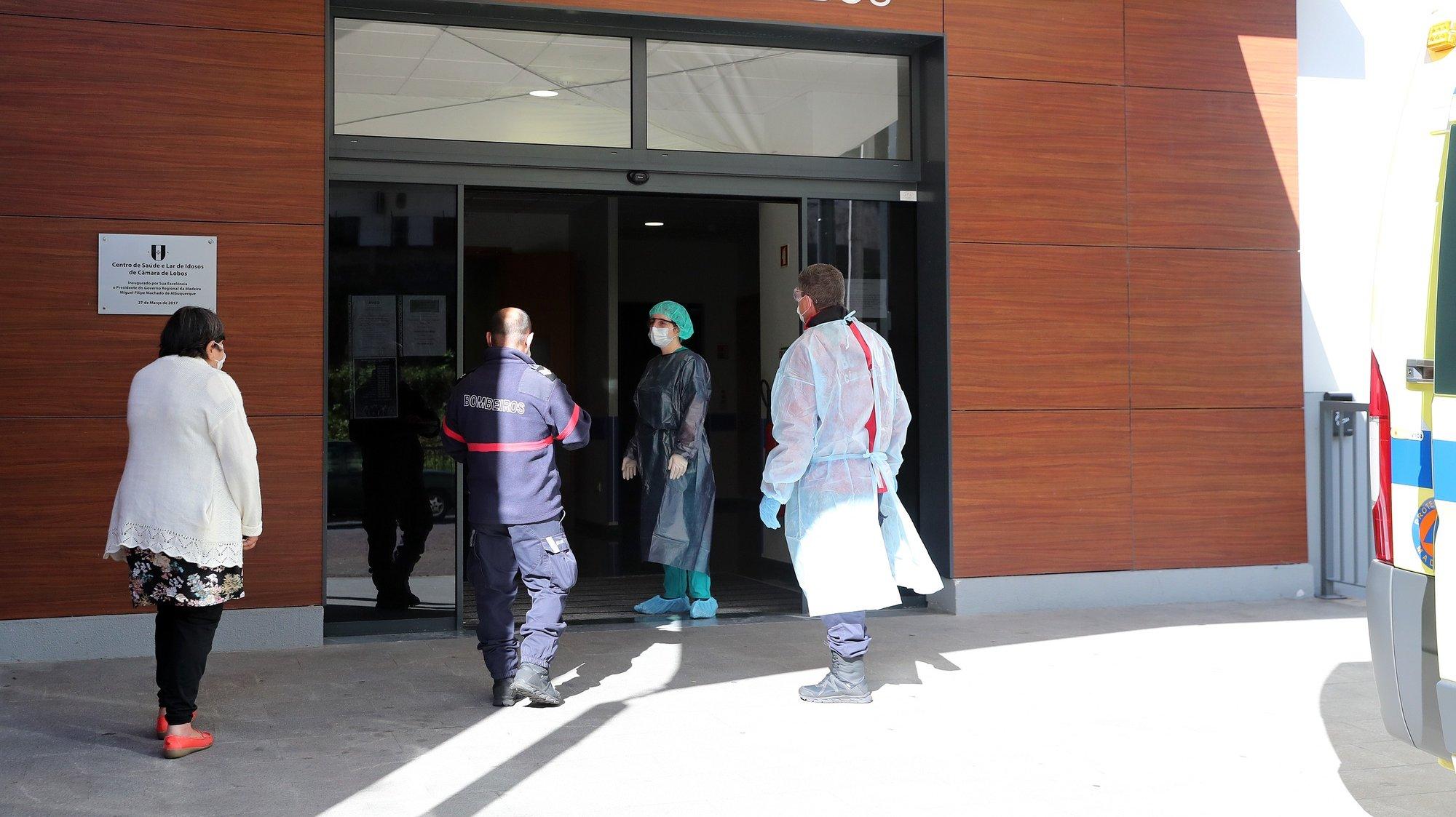 Idosa aguarda à entrada do Centro de Saúde de Câmara de Lobos, pela chamada para atendimento, após ter surgido o aumento de casos de pessoas infetadas pela covid-19 na Freguesia de Câmara de Lobos, obrigando o Governo Regional da Madeira a decretar uma cerca sanitária a esta freguesia, para conter a propagação do vírus, Câmara de Lobos, Ilha da Madeira, 19 de abril de 2020. HOMEM DE GOUVEIA/LUSA