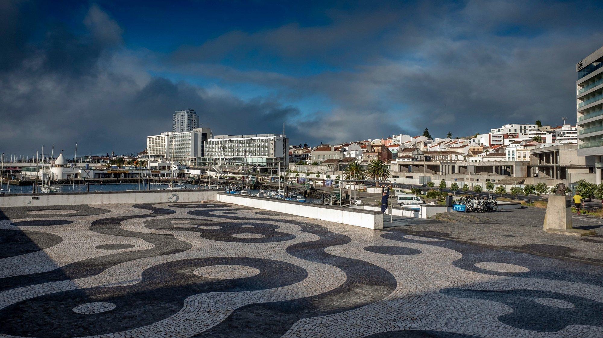 O centro de Ponta Delgada encontrava-se práticamente deserto esta manhã, na ilha de São Miguel, Açores, 09 de janeiro de 2021. A ilha de São Miguel, tem a partir desta sexta-feira novas medidas de contenção da covid-19, como limitação de ajuntamentos, recolher obrigatório, limitação de horário de restaurantes e lojas, e também encerramento de escolas. (ACOMPANHA TEXTO DA LUSA). EDUARDO COSTA/LUSA