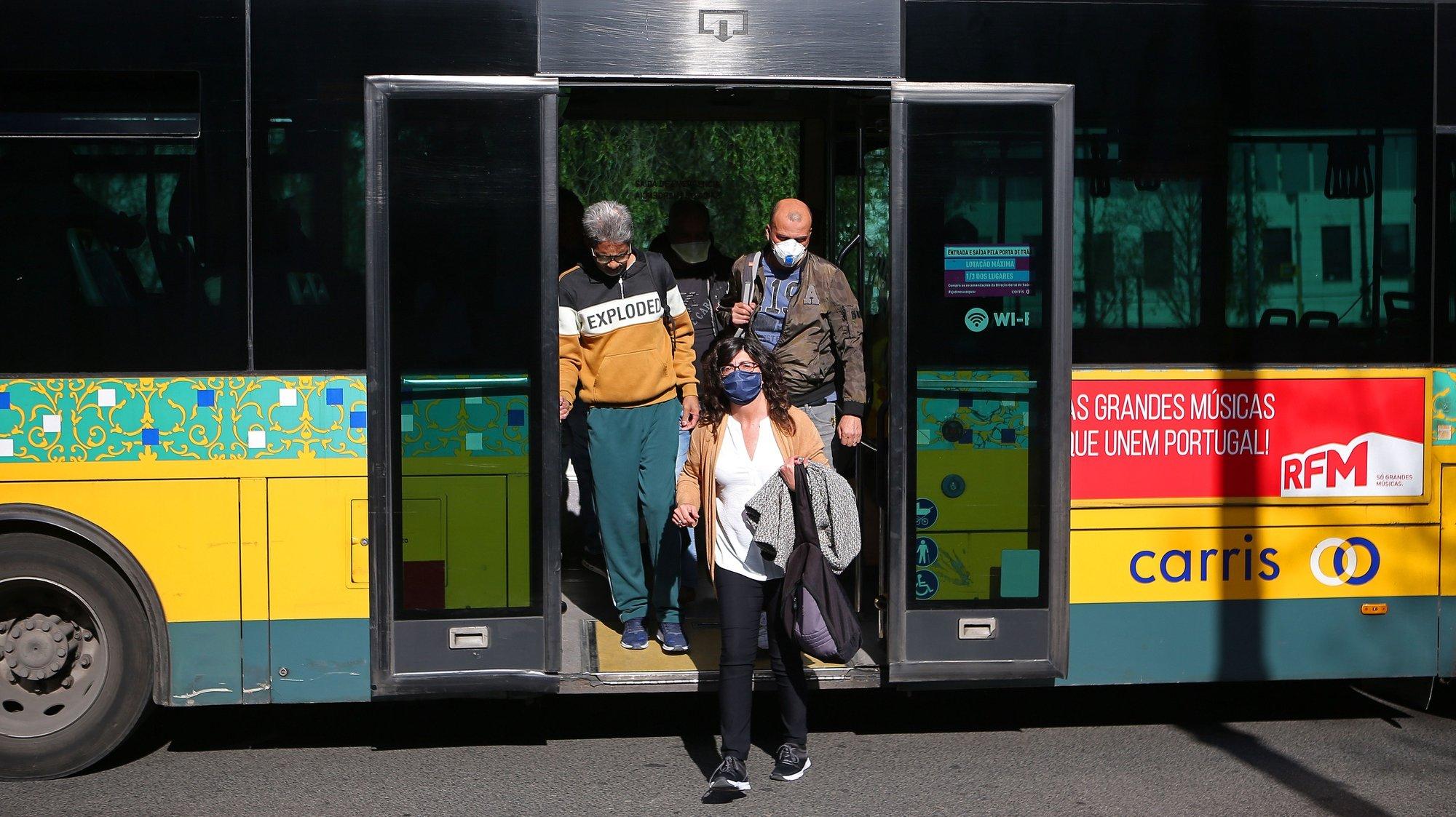 Passageiros da Carris à saída de um autocarro, em Lisboa, 29 de abril de 2020. O decreto-lei que regulamenta a aplicação do estado de emergência até dia 02 de maio, define que o número máximo de passageiros por transporte deve ser reduzido para um terço do número máximo de lugares disponíveis, por forma a garantir a distância adequada entre os utentes dos transportes. ANTÓNIO PEDRO SANTOS/LUSA