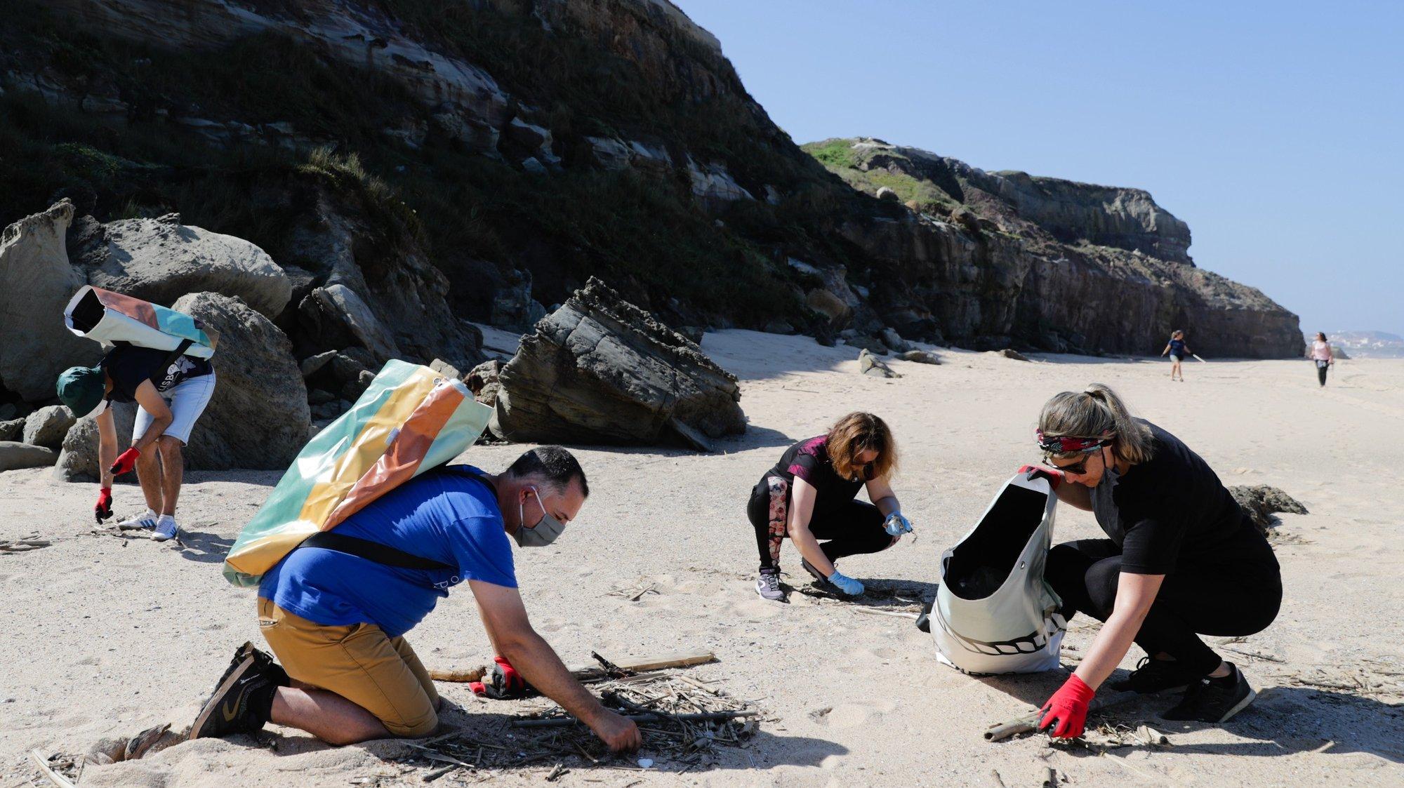 """Voluntários da associação ambiental """"Oceanos sem Plásticos"""" fizeram a primeira ação de recolha de lixo e plásticos pós confinamento, na praia do Amanhã em Santa Cruz, Mafra, 17 de maio de 2020. TIAGO PETINGA/LUSA"""