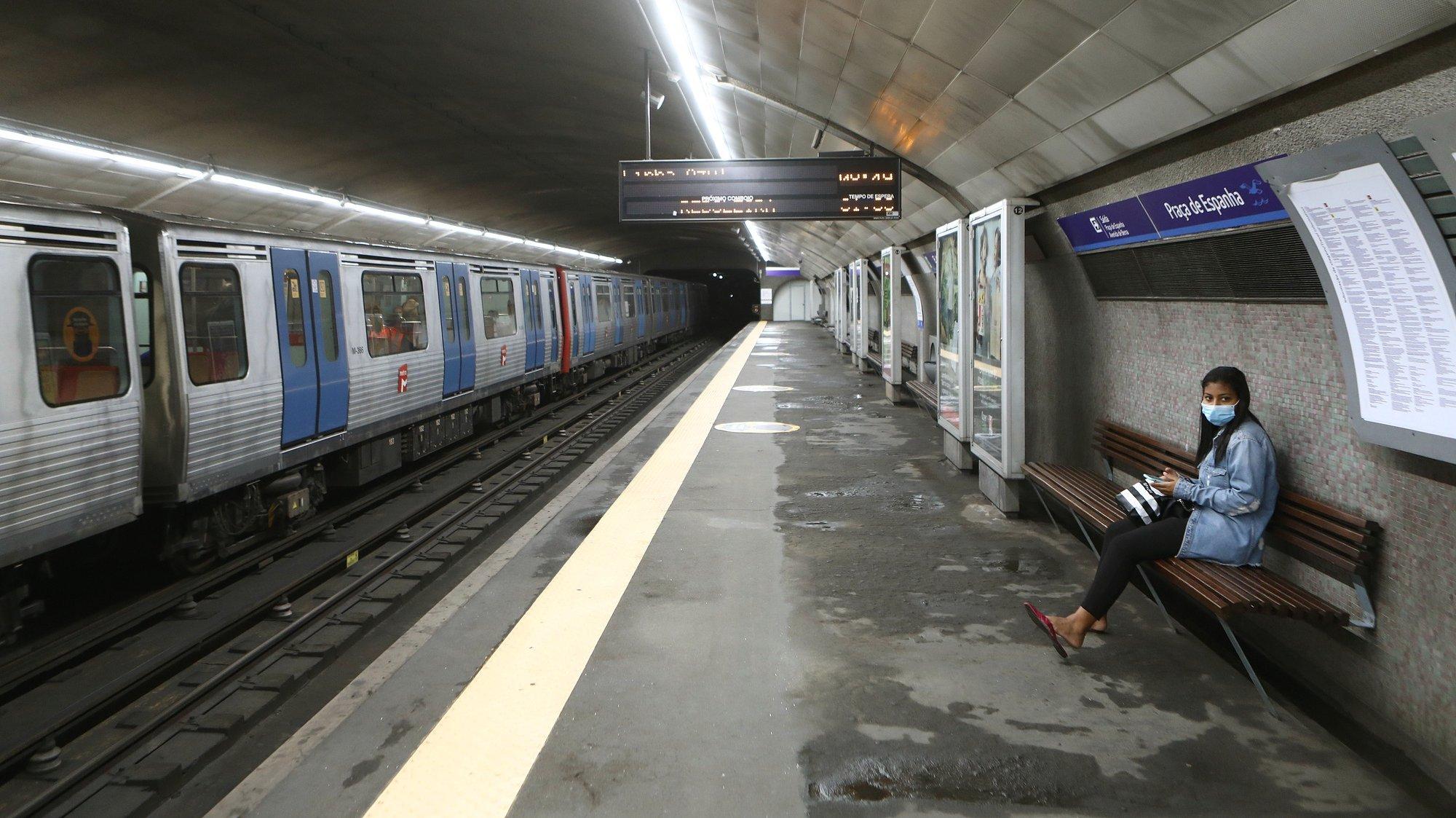 Uma utente do Metro de Lisboa aguarda na estação da Praça de Espanha, reaberta desde as 23h de ontem, após um desabamento na estação no dia 29 de setembro, que afetou a circulação na Linha Azul, em Lisboa, 02 de outubro de 2020. ANTÓNIO PEDRO SANTOS/LUSA