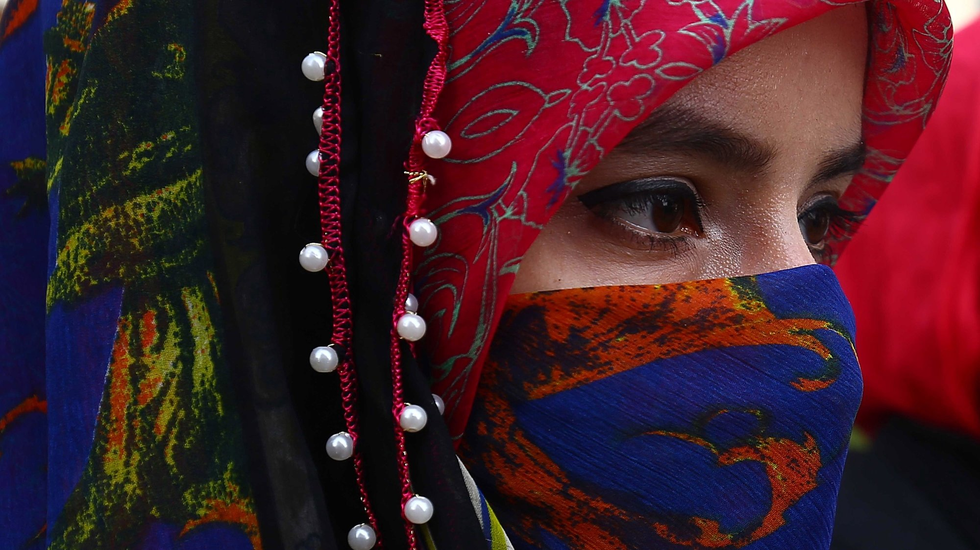 epa08979888 A Pakistani woman hold placard to marks the World Hijab (Veil) Day in Karachi, Pakistan, 01 February 2020. International Hijab Day was observed to show solidarity with Muslim women in countries where laws ban full-face veils.  EPA/SHAHZAIB AKBER