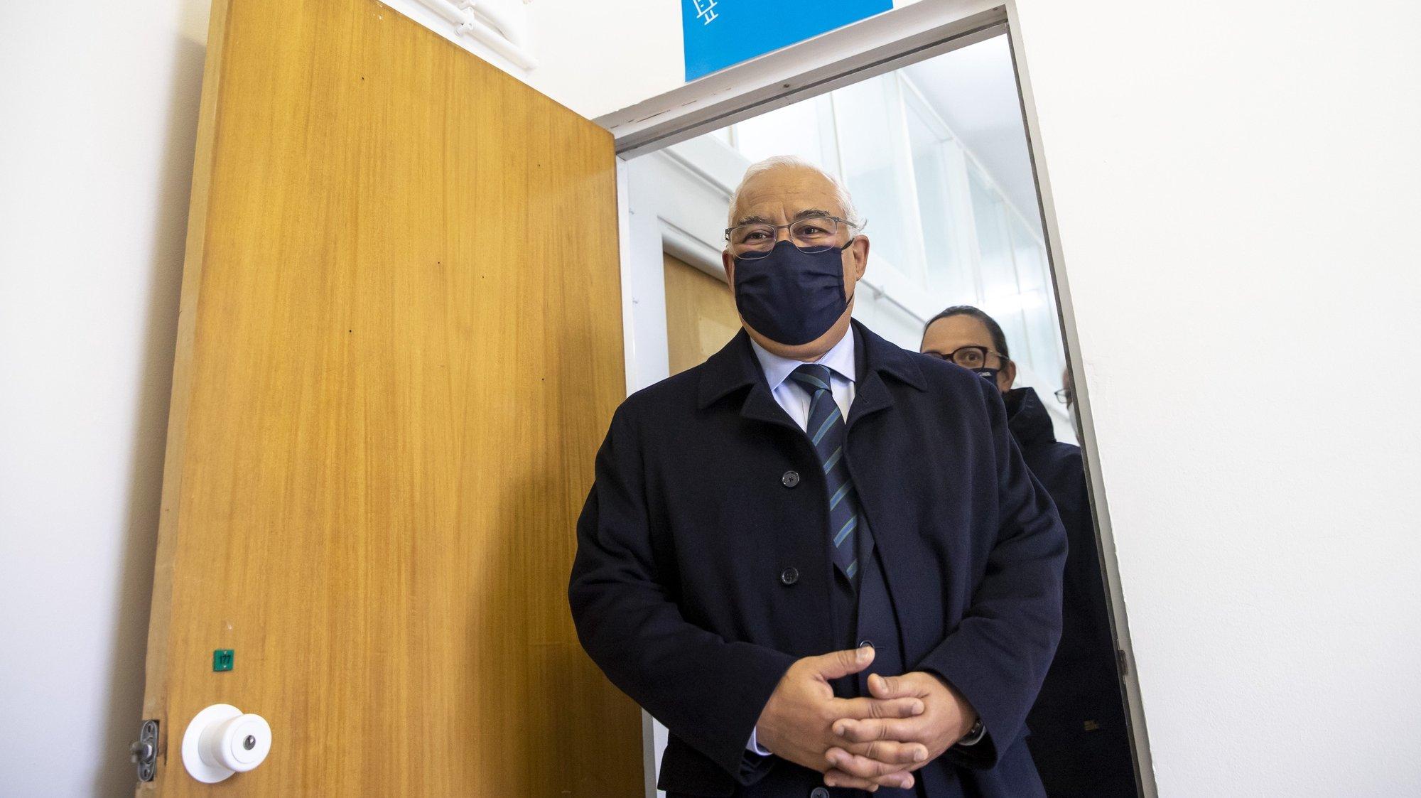 O primeiro-Ministro, António Costa, durante uma visita ao processo de vacinação contra a Covid19 dos efectivos da Guarda Nacional Republicana e da Polícia de Segurança Pública, no Quartel de Conde de Lipe, em Lisboa, 13 de fevereiro de 2021. JOSÉ SENA GOULÃO/LUSA