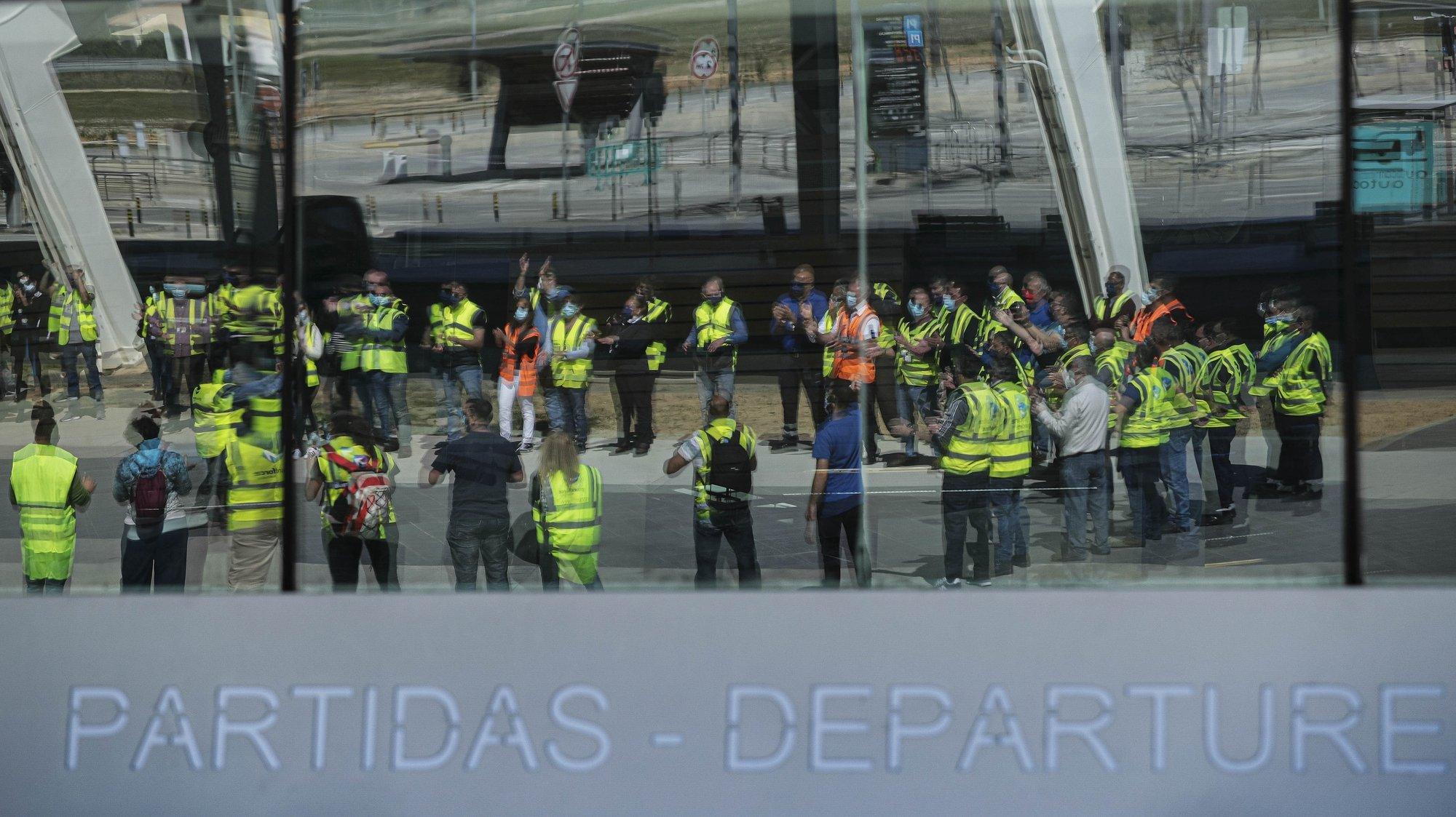 Trabalhadores da Groundforce durante a manifestação convocada pelo movimento SOS handling, em protesto pelo não pagamento de salários e os despedimentos anunciados, no aeroporto de Faro, em Faro, 11 de março de 2021. LUÍS FORRA/LUSA