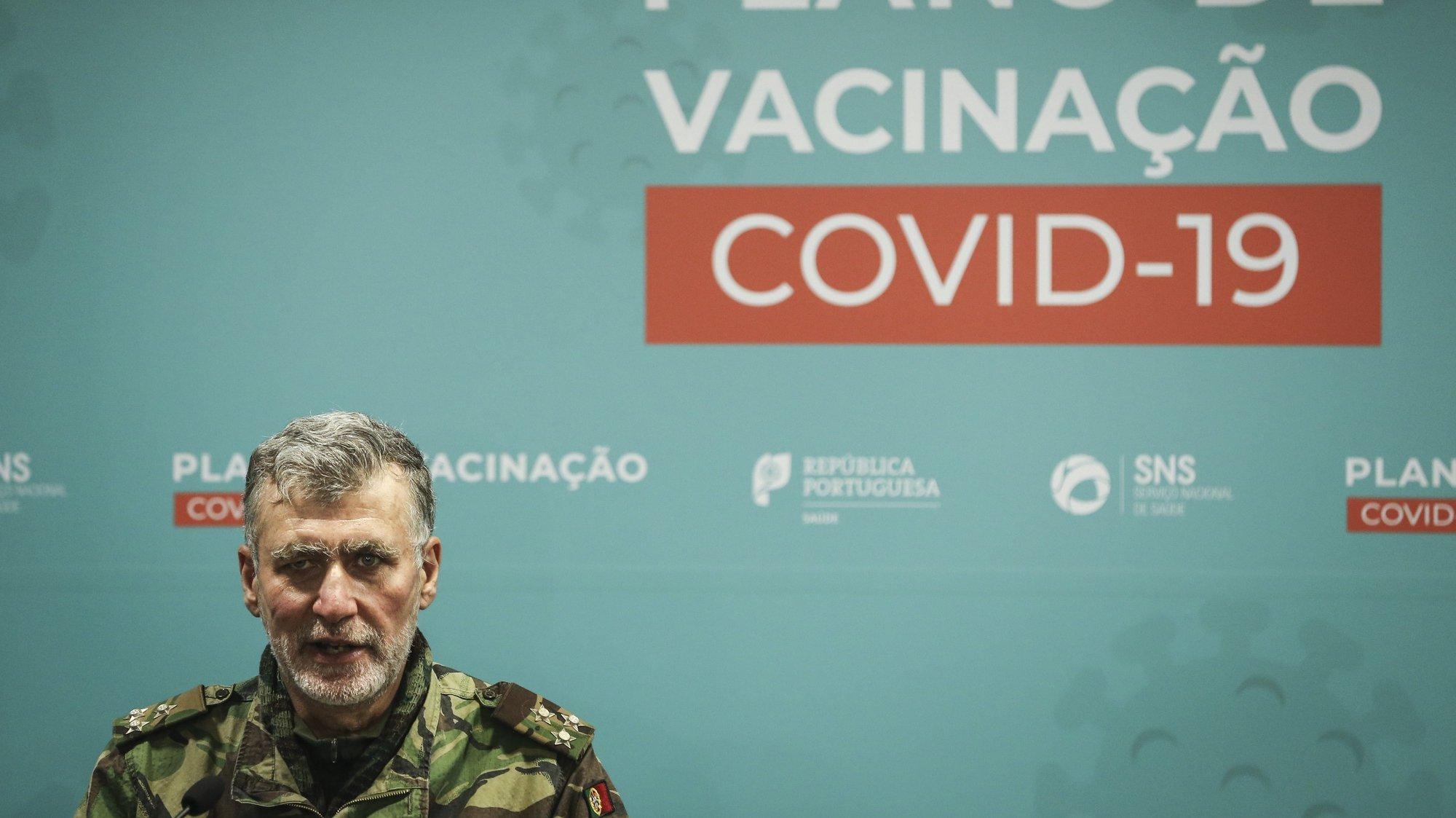 O coordenador da task-force para a vacinação contra a covid-19, Henrique Gouveia e Melo, intervém durante a conferência de imprensa com atualização da informação sobre a vacina covid-19 da Astrazeneca, no Ministério da Saúde, em Lisboa, 18 de março de 2021. RODRIGO ANTUNES/LUSA