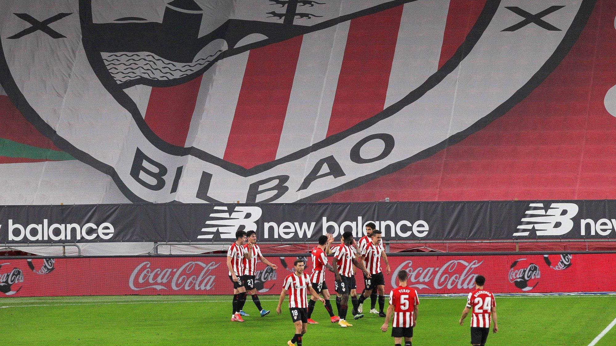 epa09060250 Bilbao players celebrate their 2-1 lead during the Spanish La Liga soccer match between Athletic Bilbao and Granada CF at San Mames stadium in Bilbao, Spain, 07 March 2021.  EPA/Miguel Tona