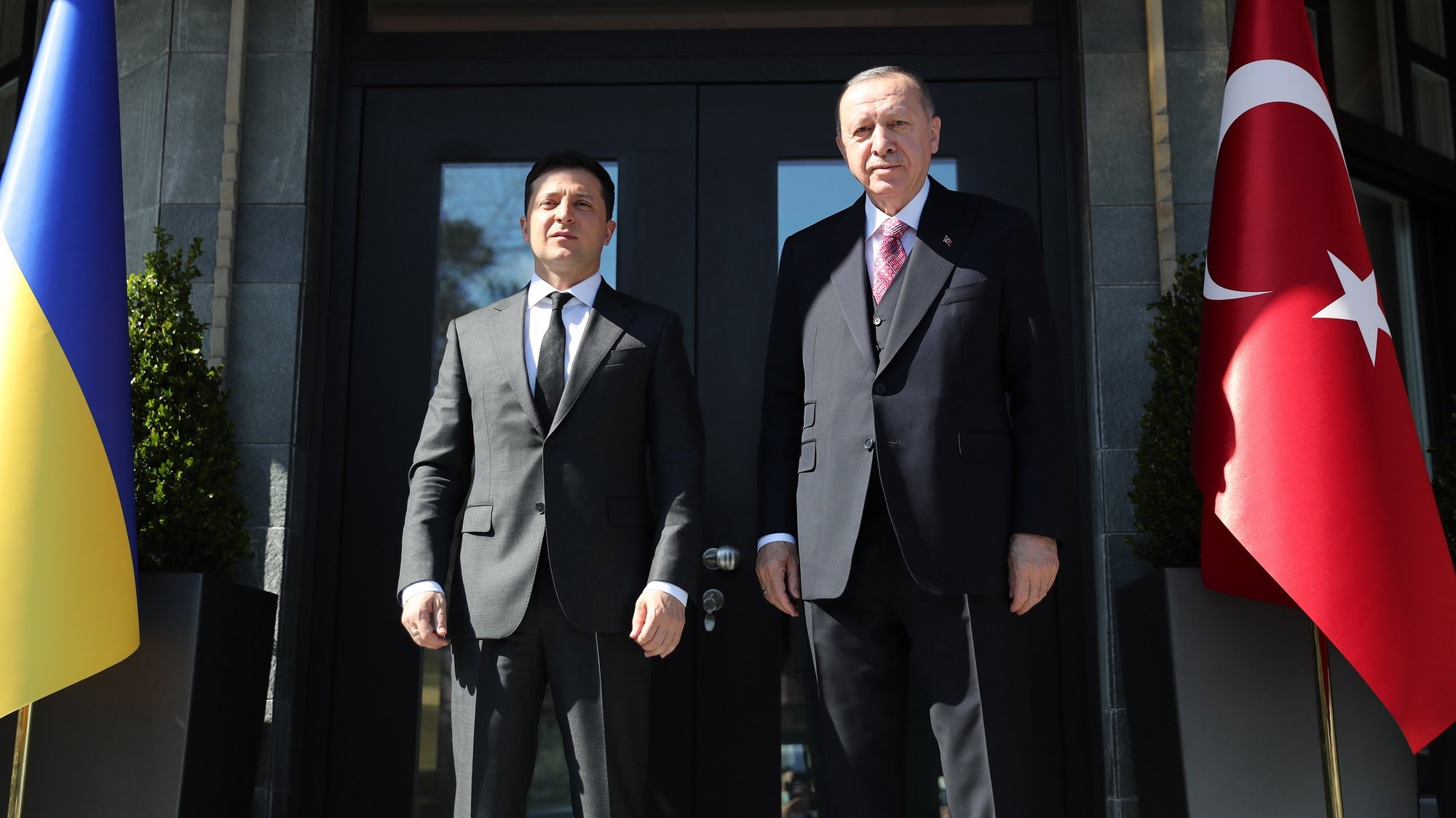 epa09126590 A handout photo made available by the Turkish President Press Office shows, Turkish President Recep Tayyip Erdogan (R) and Ukrainas President Volodymyr Zelensky (L) pose before their meeting in Istanbul, Turkey, 09 April 2021.  EPA/TURKISH PRESIDENT PRESS OFFICE / HANDOUT  HANDOUT EDITORIAL USE ONLY/NO SALES