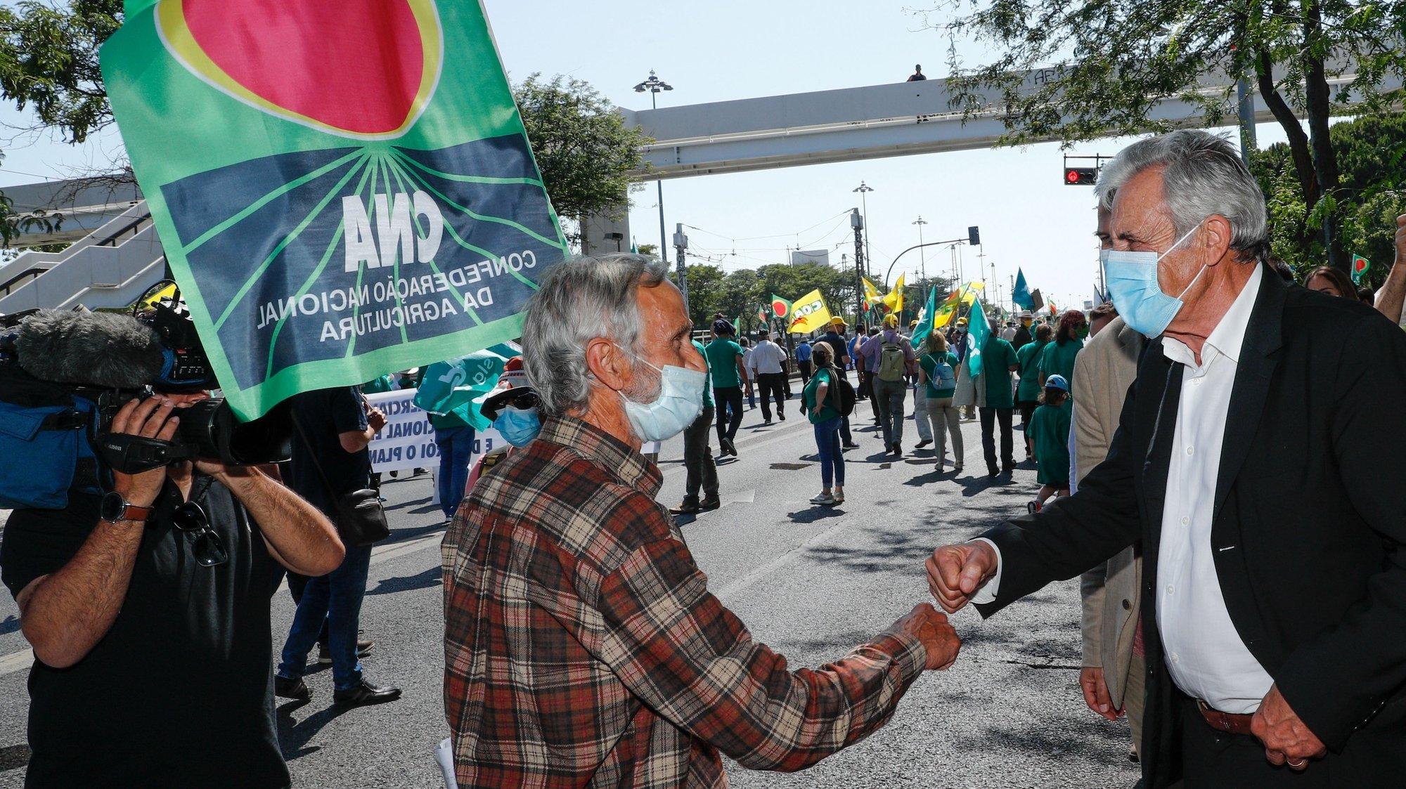 O secretário geral do PCP, Jeronimo de Sousa cumprimenta agricultores que protestam durante a manifestação convocada pela Confederação Nacional da Agricultura (CNA) em defesa de uma Política Agrícola Comum (PAC), em Lisboa, 14 de junho de 2021. O protesto conta com a presença de agricultores portugueses, espanhóis e franceses. ANTÓNIO COTRIM/LUSA