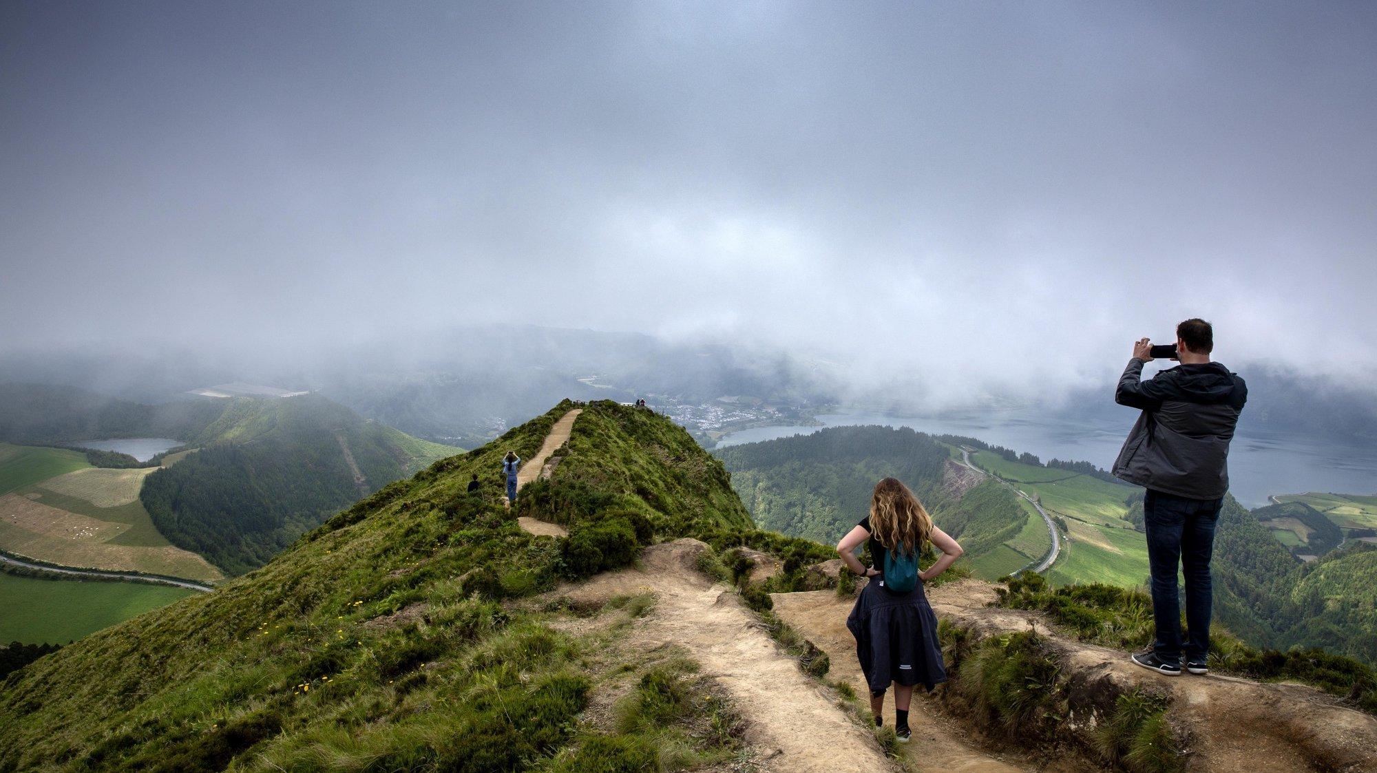 Turistas visitam a Lagoa das Sete Cidades, Ilha de São Miguel, Açores, 15 de junho de 2021. A Região Autonóma dos Açores promove a região como destino de férias seguras com a oferta de testes gratuitos à covid-19. Mais de um ano desde a pandemia da Covid 19, o setor do turismo já nota uma retoma mas que não se assemelha aos anos pré-pandemia. (ACOMPANHA TEXTO DE 17/06/2021) EDUARDO COSTA/LUSA