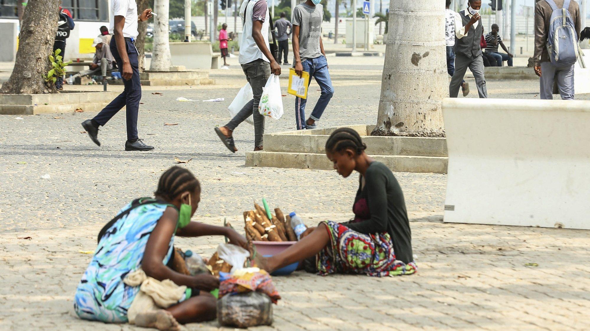 """Jovens vendem produtos numa rua em Luanda, onde a taxa de desemprego é elevado e que afeta sobretudo jovens, situação que resulta da crise económica, financeira e cambial que o país vive, desde finais de 2014, devido à queda do preço do petróleo no mercado internacional, Angola, 16 de junho de 2021. Jovens angolanos desempregados, muitos qualificados, queixam-se das dificuldades de arranjar trabalho e até biscates para sobreviver, mas garantem """"continuar na luta"""", com mais fé em Deus do que nas políticas públicas. (ACOMPANHA TEXTO DA LUSA DO DIA 20 DE JUNHO DE 2021). AMPE ROGÉRIO/LUSA"""