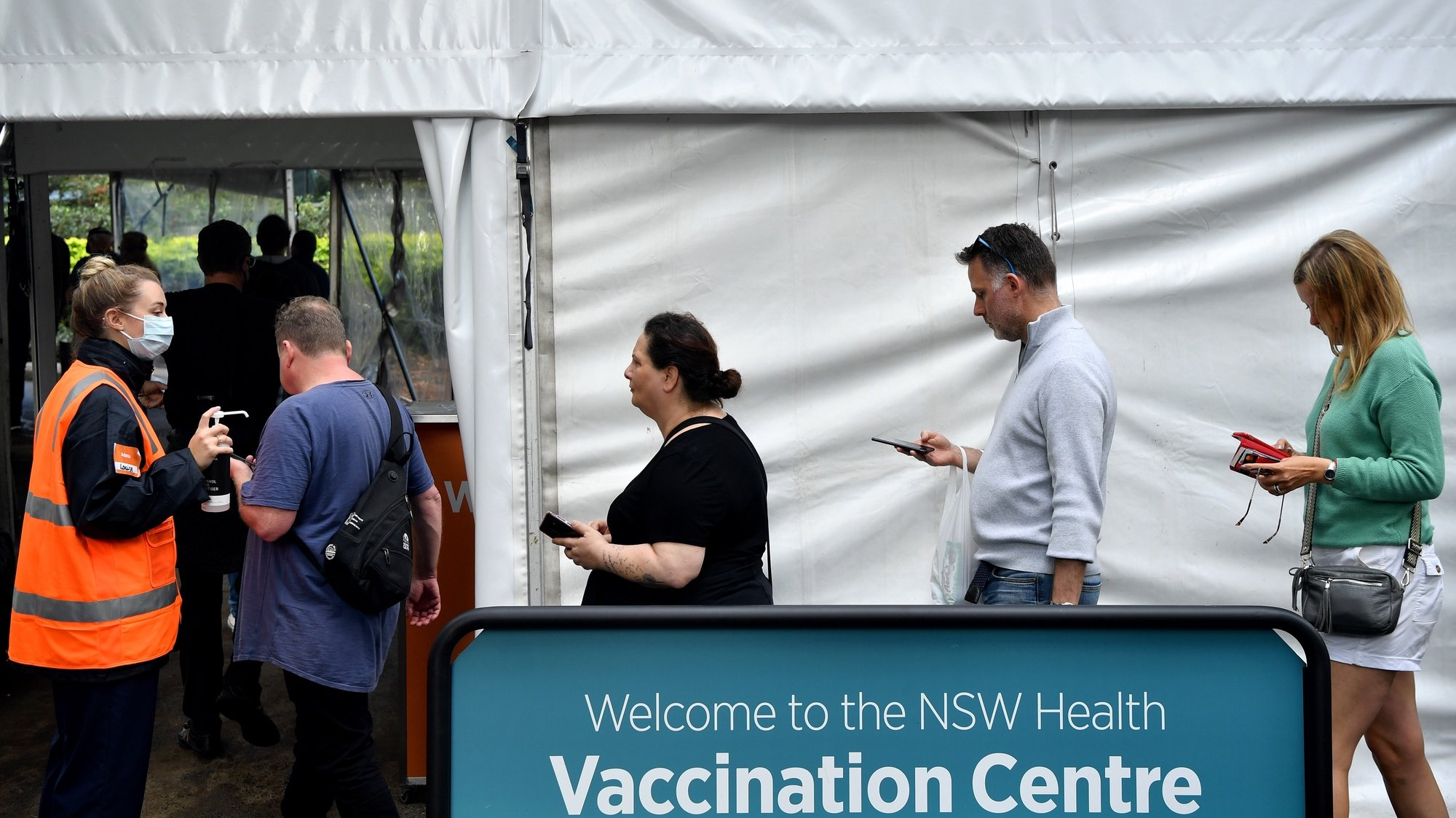 epa09224615 People queue to receive a shot of COVID-19 vaccine during a mass vaccination drive in Sydney, Australia, 24 May 2021.  EPA/JOEL CARRETT AUSTRALIA AND NEW ZEALAND OUT