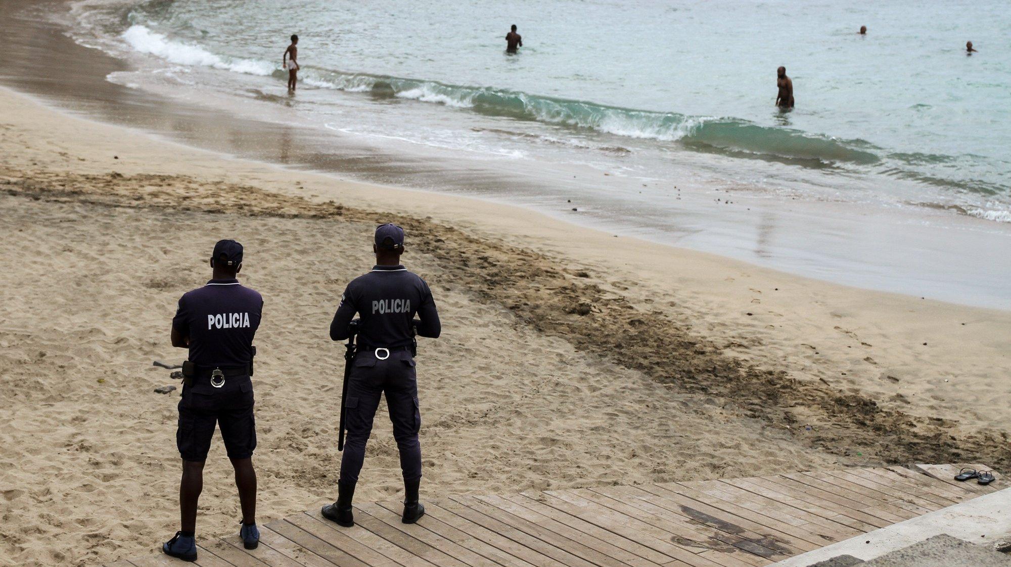 Agentes da polícia controlam os banhistas numa das praias da cidade da Praia, Cabo Verde, 07 de setembro de 2020. As praias da ilha de Santiago reabriram hoje quase seis meses depois das primeiras medidas para evitar a propagação da covid-19, para alegria dos banhistas, que mataram saudades da água do mar na capital de Cabo Verde. FERNANDO DE PINA/LUSA