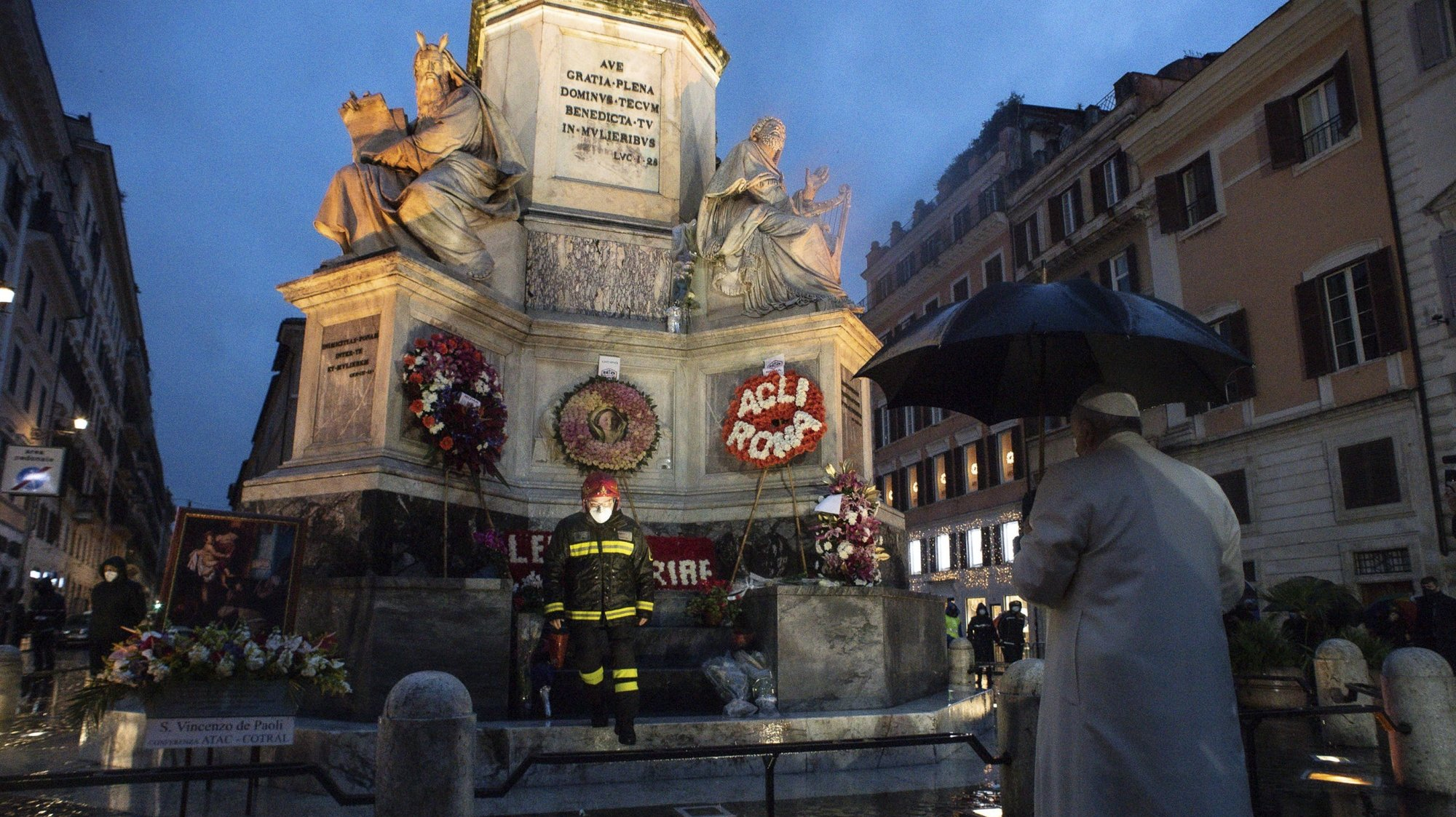 epa08869747 A handout picture provided by the Vatican Media shows Pope Francis during the prayer in  for the feast of the Immaculate (Festa dell'Immacolata) in Piazza di Spagna in Rome, Italy, 08 December 2020.  EPA/VATICAN MEDIA HANDOUT  HANDOUT EDITORIAL USE ONLY/NO SALES