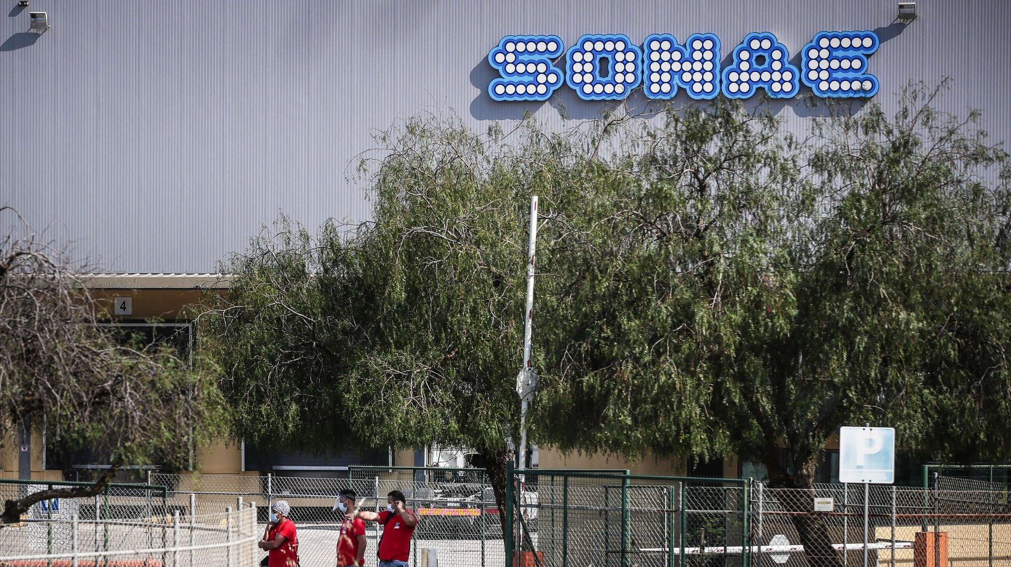 Trabalhadores da Sonae à saída das instalações da empresa na Plataforma Logística de Azambuja, Azambuja, 27 de maio de 2020. Perto de 350 trabalhadores da Sonae, na Azambuja, já fizeram o teste à covid-19 e 121 testaram positivos. Na empresa de produtos alimentares Avipronto, que se encontra na mesma plataforma logística, foram detetados 101 casos positivos. MÁRIO CRUZ/LUSA