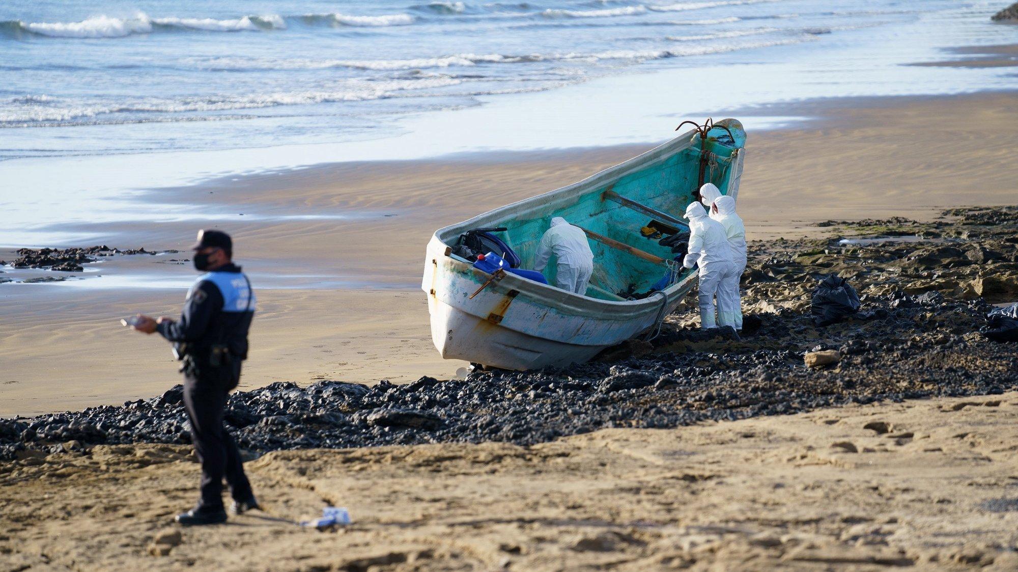epa08920034 View of the dugout canoe in which four migrants died as a total of 47 people on board reached Granadilla de Abona beach in Canary Islands, Spain, early 05 January 2021.  EPA/Ramon de la Rocha