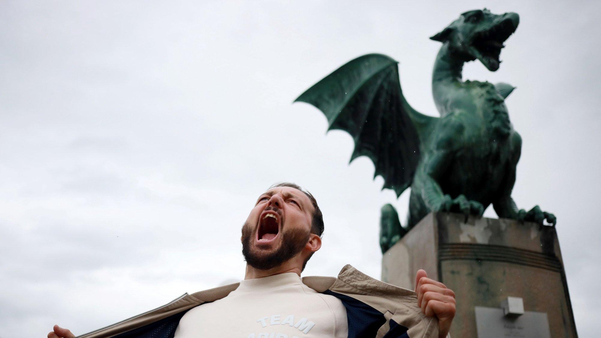 """Zlatan Cordic, rapper conhecido por """"Zlatko"""" na Eslovénia, alega que o Governo tentou retirar-lhe subsídios de segurança social devido às suas canções de intervenção e posições políticas, em Ljubljana, Eslovénia, 29 de maio de 2021. Portugal exerce atualmente, até ao fim de junho, a presidência do Conselho da União Europeia e a partir de julho caberá à Eslovénia. (ACOMPANHA TEXTO DA LUSA DO DIA 26 DE JUNHO DE 2021). ESTELA SILVA/LUSA"""