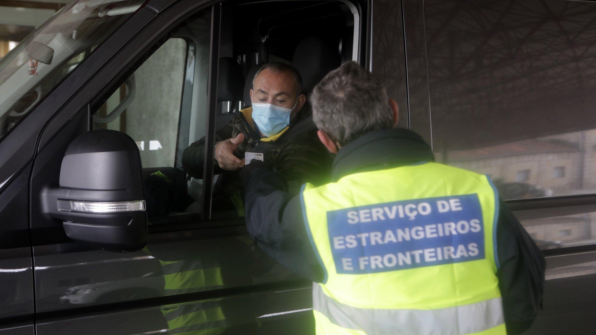 Um elemento do Serviço de Estrangeiros e Fronteiras (SEF) controla a passagem de viaturas, após o fecho de fronteiras devido á pandemia da covid-19, estando apenas permitido o trânsito de mercadorias e de trabalhadores transfronteiriços, Vilar Formoso, 1 de fevereiro de 2021. MIGUEL PEREIRA DA SILVA/LUSA
