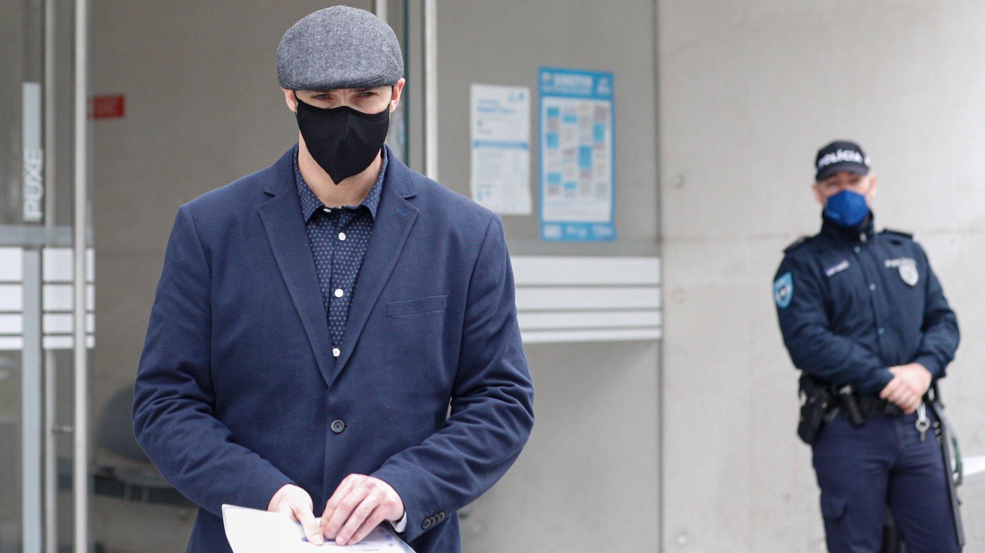 O inspetor do SEF, Bruno Sousa, à saída do julgamento dos três inspetores do Serviço de Estrangeiros e Fronteiras (SEF)  julgados pela  morte por espancamento de Ihor Homeniuk, Lisboa, 02 de fevereiro de 2021. Os arguidos estão acusados de homicídio qualificado, punível com penas de até 25 anos de prisão. O crime terá ocorrido a 12 de março, dois dias após o cidadão do Leste ter sido impedido de entrar em Portugal, alegadamente por não ter visto de trabalho. Após ser espancado, terá sido deixado no chão, manietado, a asfixiar lentamente até à morte. ANTÓNIO COTRIM/LUSA