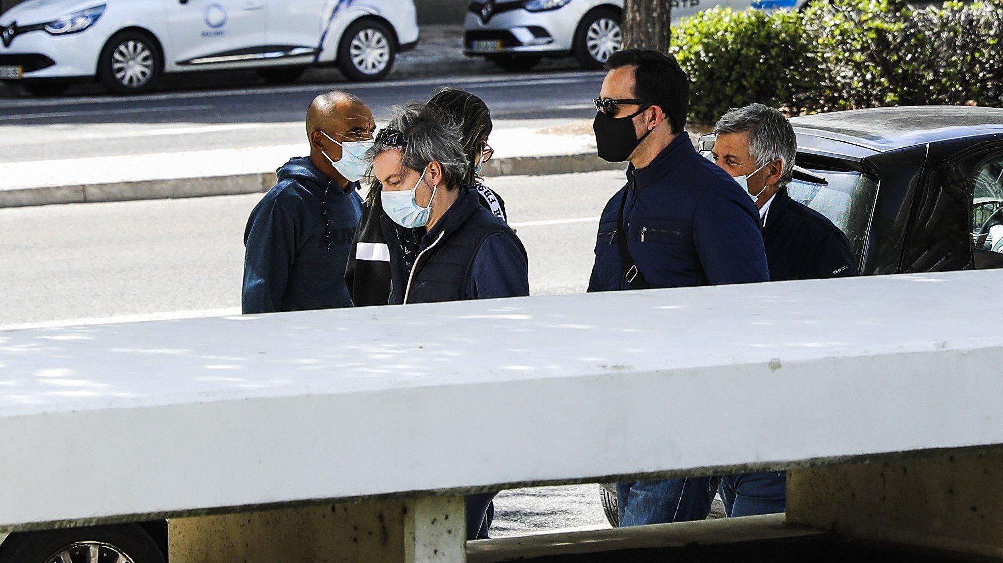 Luis Silva (2D), um dos três inspetores do Serviço de Estrangeiros e Fronteiras (SEF), após a leitura do acórdão do processo em que estão a ser julgados pela morte à pancada de Ihor Homeniuk. Os arguidos estão acusados de homicídio qualificado, punível com penas de até 25 anos de prisão. O crime terá ocorrido a 12 de março, dois dias após o cidadão do Leste ter sido impedido de entrar em Portugal, alegadamente por não ter visto de trabalho. Após ser espancado, terá sido deixado no chão, manietado, a asfixiar lentamente até à morte. Dois dos inspetores respondem ainda pelo crime de posse de arma proibida. Campus de Justiça em Lisboa, 10 de maio de 2021. MIGUEL A. LOPES/LUSA