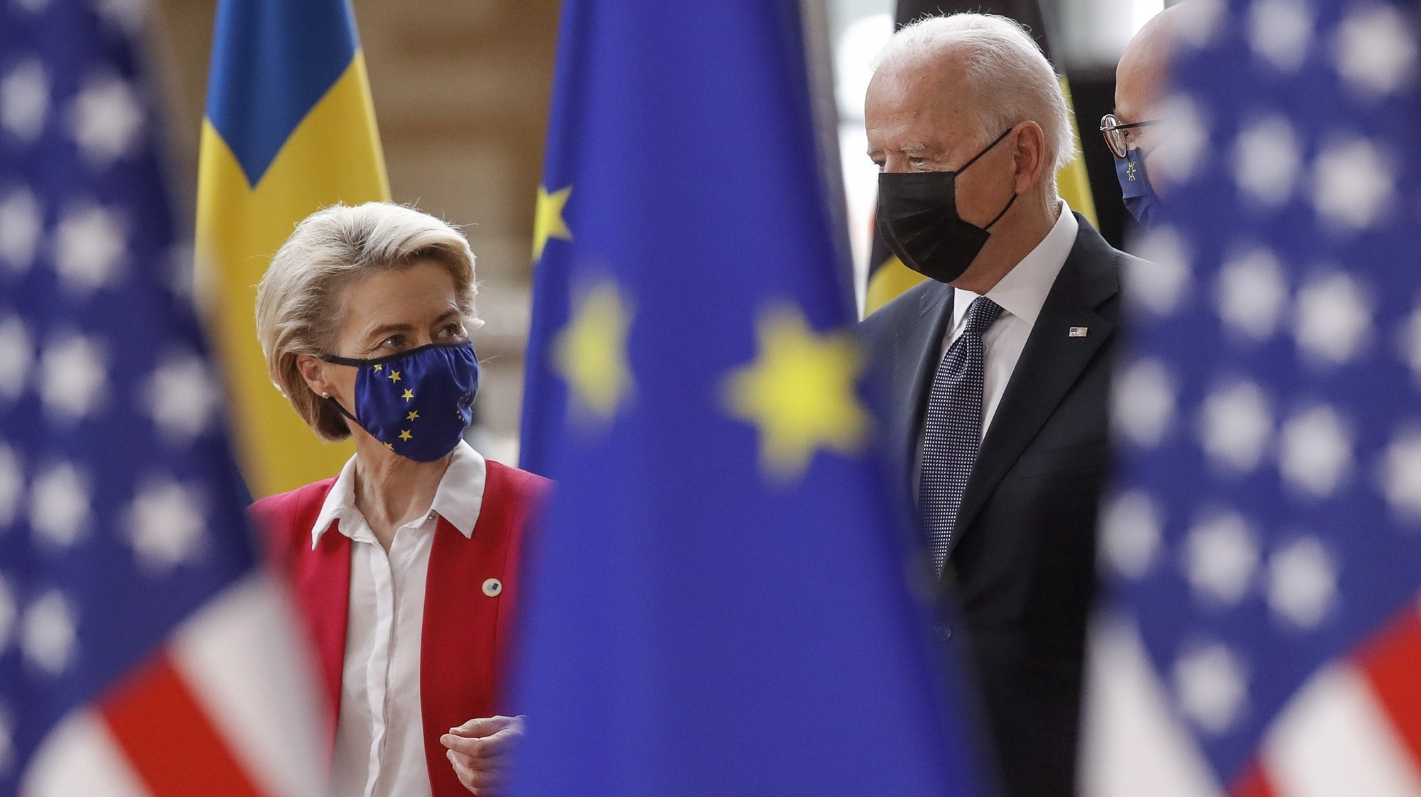epaselect epa09272636 US president Joe Biden (R) is welcomed by President of the European Commission Ursula von der Leyen (L) ahead to the EU-US summit at the European Council in Brussels, Belgium, 15 June 2021.  EPA/OLIVIER HOSLET