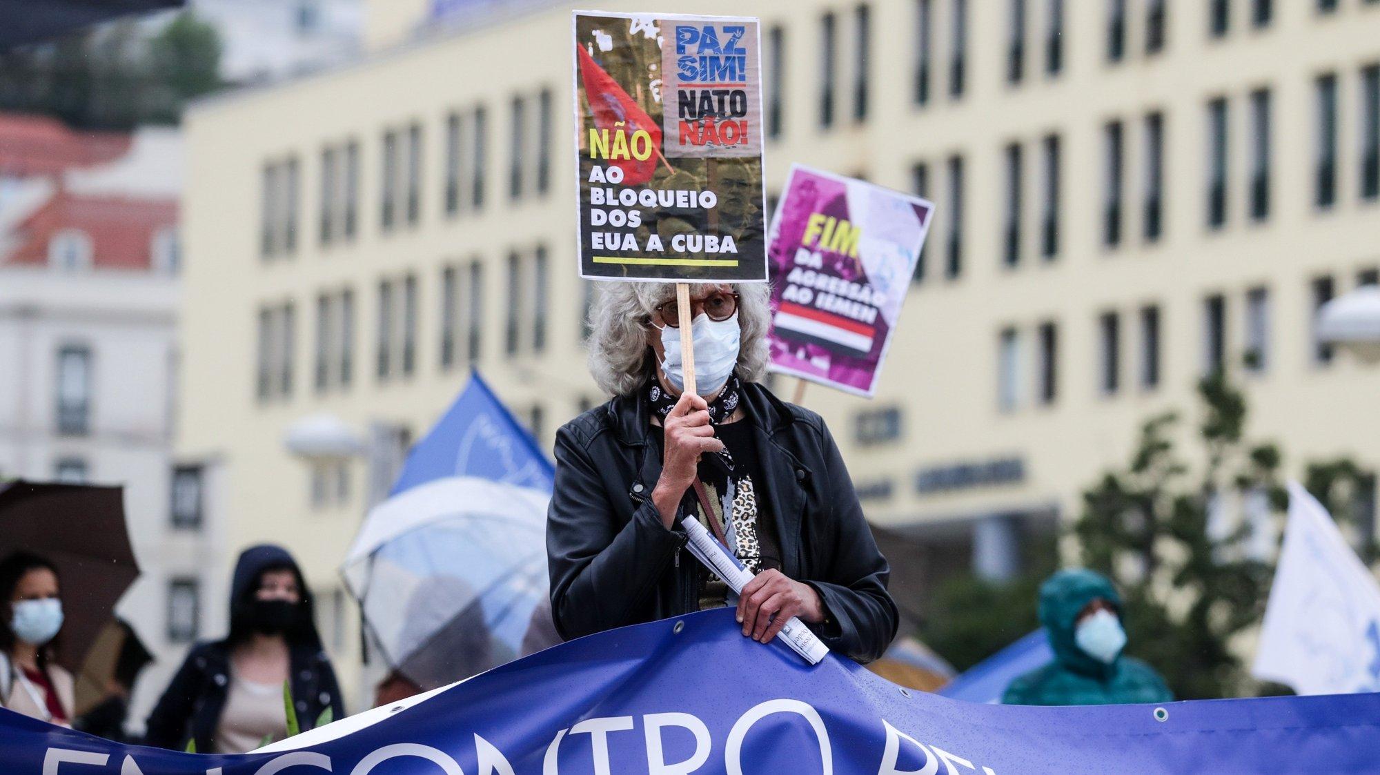"""Cerca de uma centena de manifestantes concentraram-se num Ato Público pela Paz - """"Paz sim! NATO não!!, organizado pelo Conselho Português para a Paz e Cooperação (CPPC), com o apoio de diversas associações e sindicatos, contra a """"militarização da União Europeia"""", no Martim Moniz, em Lisboa, 14 de abril de 2021. TIAGO PETINGA/LUSA"""