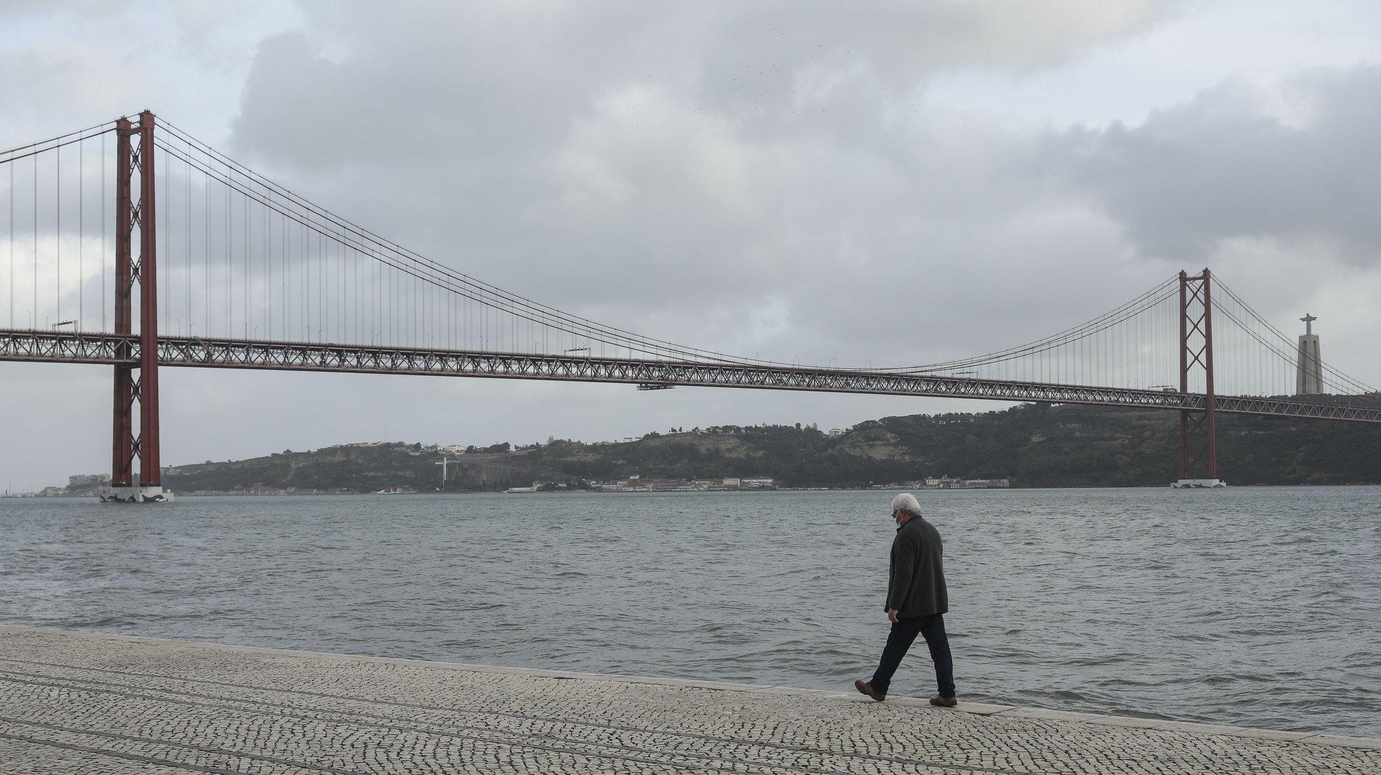Um homem passeia junto ao rio Tejo em Lisboa, durante período com medidas de restrição impostas pelo novo confinamento, na sequência da pandemia de Covid-19, 30 de janeiro de 2021. MIGUEL A. LOPES/LUSA