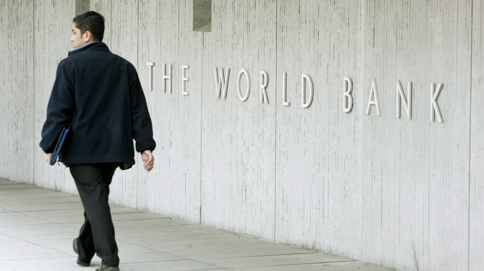 epa04119286 (FILE)A file picture dated 09 April 2008 shows a pedestrian walking past the World Bank building in Washington, DC, USA.  The World Bank says it intends to support Ukraine with up to 3 billion dollars in development projects in 2014. The Washington-based development agency said 10 March 2014 it had received a request for support form the interim Ukrainian government 'and stands ready to continue supporting the Ukrainian people' with badly needed reforms for the economic sector. The projects would need to be approved by the World Bank board, an agency official confirmed.  EPA/MATTHEW CAVANAUGH