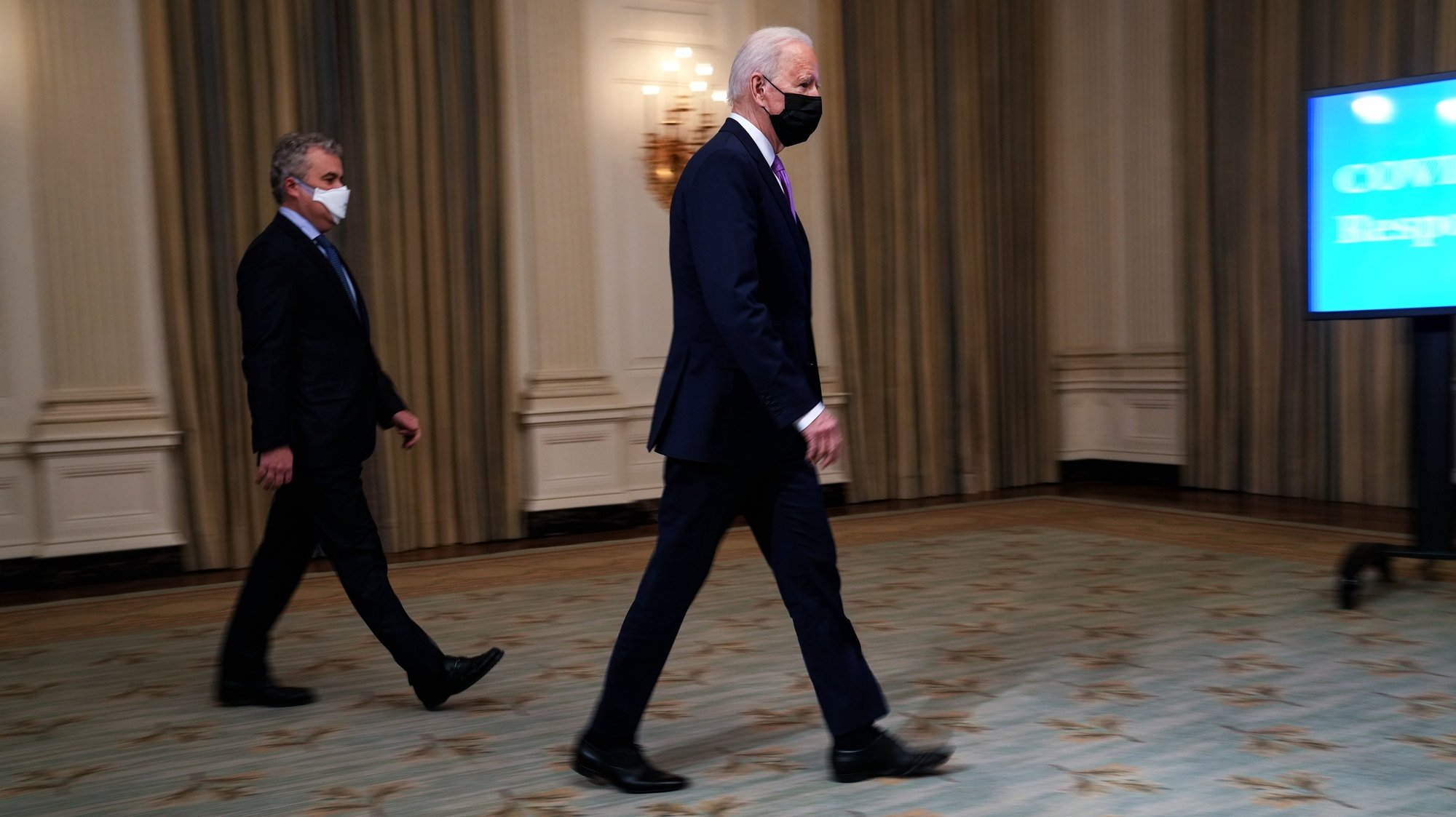 epa08967627 US President Joe Biden delivers remarks on the fight to contain the COVID-19 pandemic in the State Dining Room of the White House, in Washington, DC, USA, 26 January 2021. With Biden is COVID-19 task force coordinator Jeff Zients.  EPA/Doug Mills / POOL