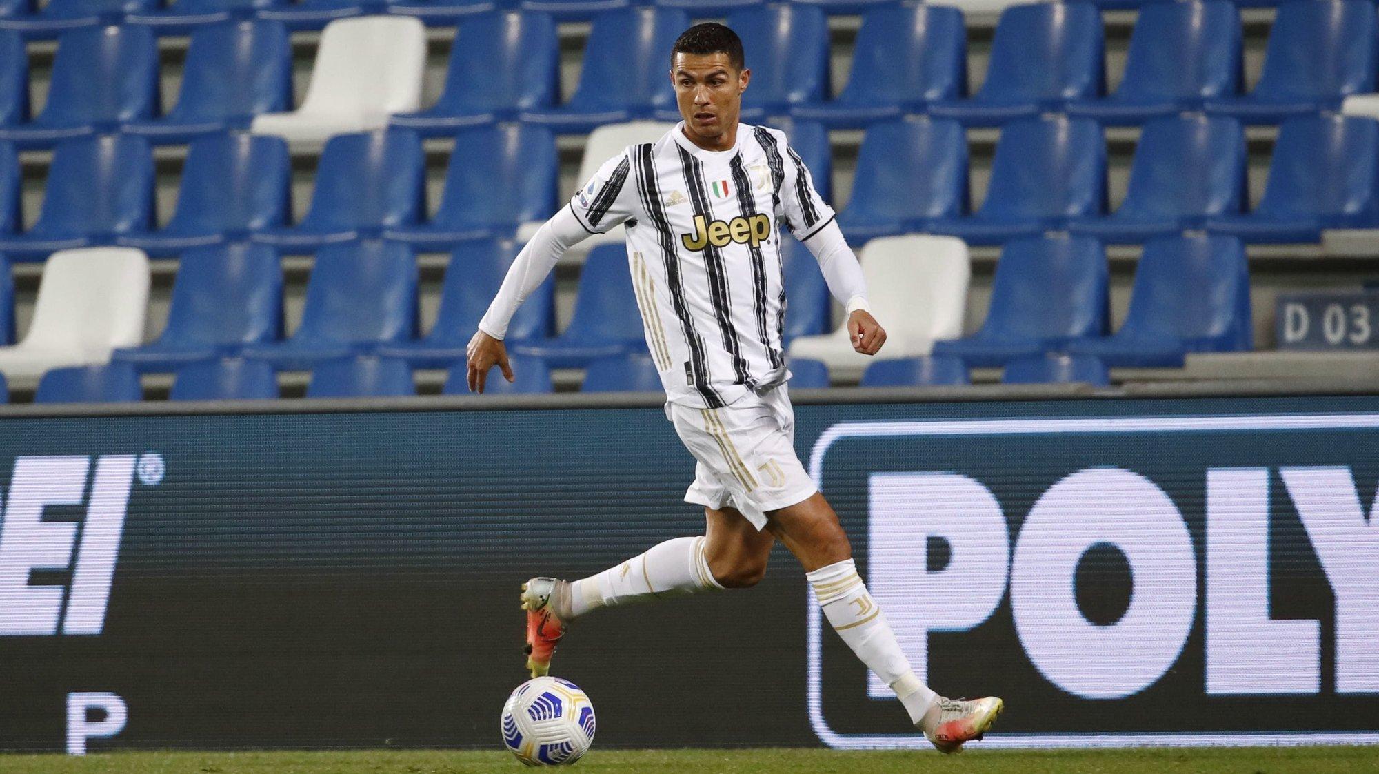epa09195001 Juventus'  Cristiano Ronaldo in action during the Italian Serie A soccer match US Sassuolo vs Juventus FC at Mapei Stadium in Reggio Emilia, Italy, 12 May 2021.  EPA/ELISABETTA BARACCHI