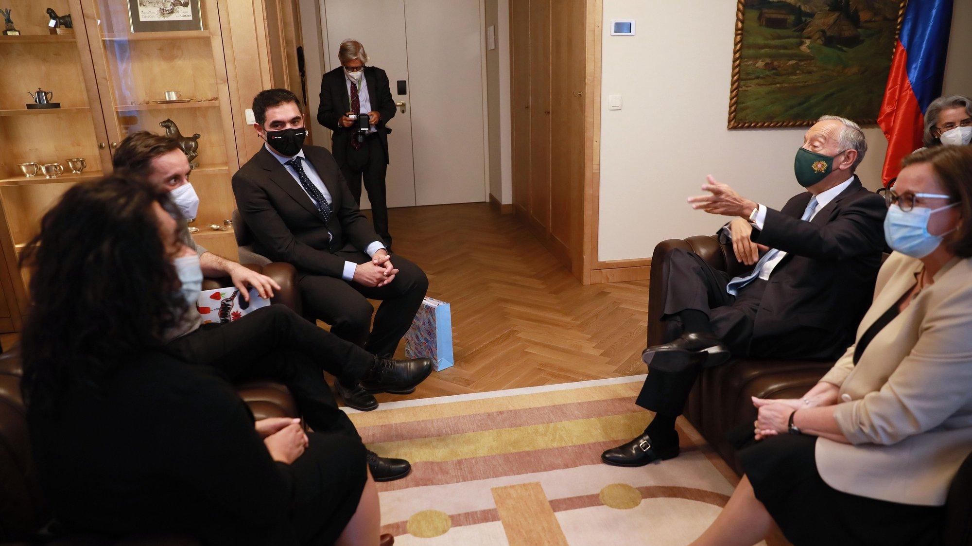 O Presidente da República Portuguesa, Marcelo Rebelo de Sousa (2D), encontra-se em Liubliana com representantes da comunidade portuguesa na Eslovénia, 30 de maio 2021. Marcelo Rebelo de Sousa, está em visita oficial à Eslovénia entre domingo e terça-feira, seguindo depois para a Bulgária. ESTELA SILVA/LUSA