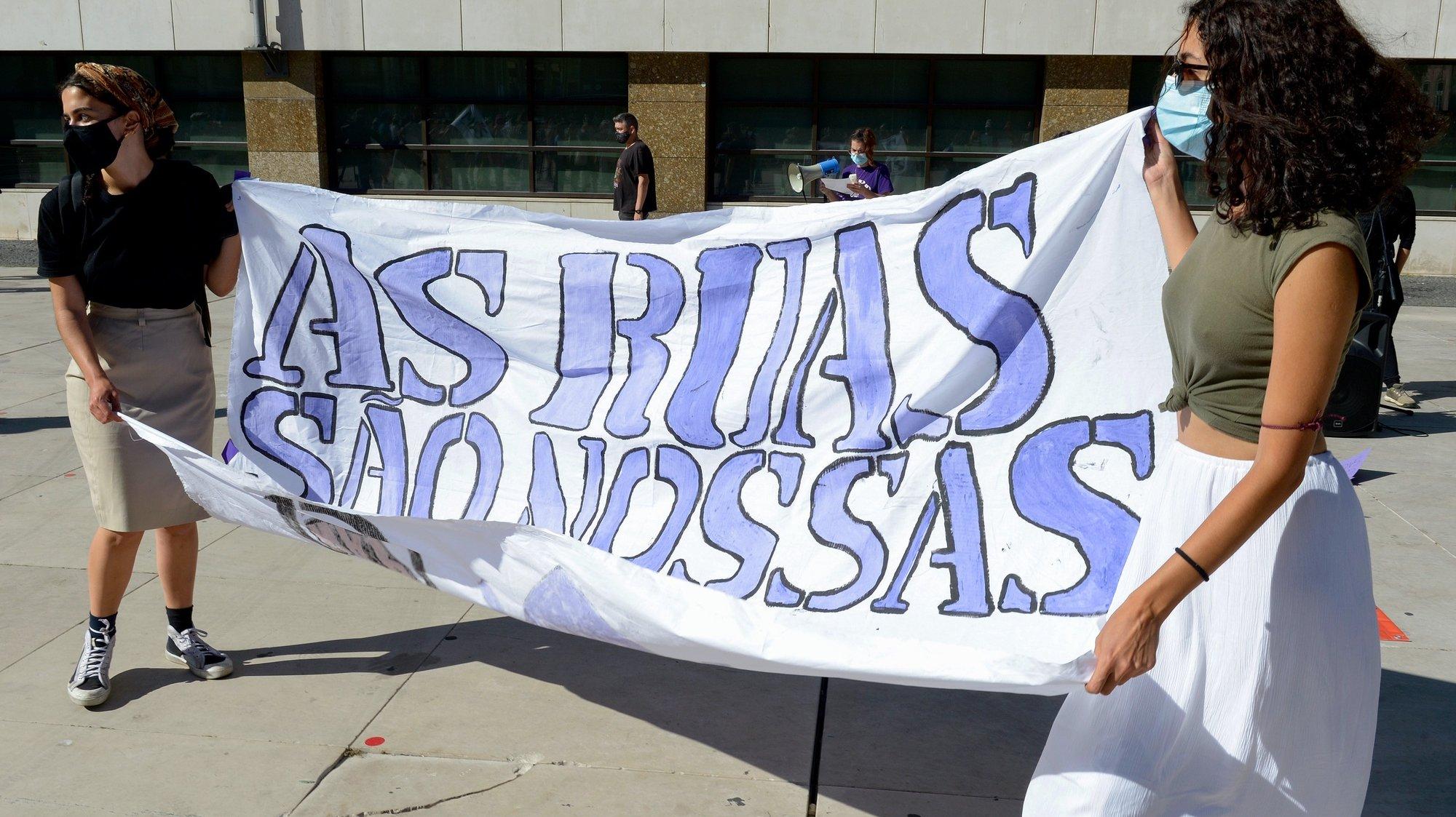 """Concentração feminista """"As ruas são nossas!"""", convocada pelo Núcleo do Porto da Rede 8 de Março - um movimento feminista internacional, contra """"a violência machista, racista e capitalista"""", no Porto, 05 de junho de 2021. Segundo este movimentos nas últimas semanas, muitas mulheres têm denunciado episódios em que são alvo de perseguição, assédio e violência, nas ruas da cidade do Porto. FERNANDO VELUDO/LUSA"""
