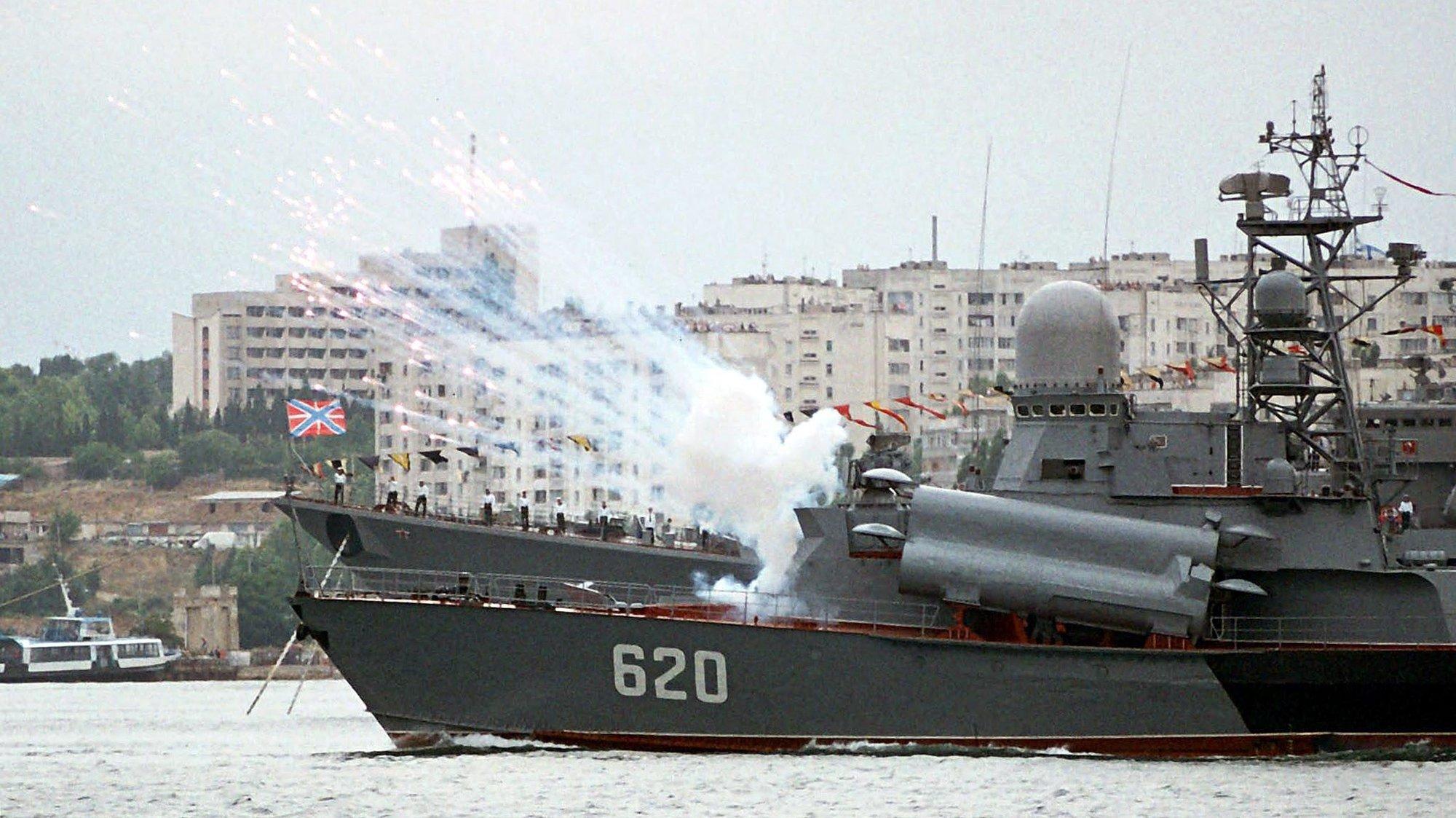 epa000239062 A battleship ship fires a salute during celebration of Russian Navy day at Sebastopol, Ukraine, Sunday 25 July 2004. Russian Navy use Ukrainian city Sebastopol as base on the Black Sea.  EPA/SERGEY SVETLITSKIY