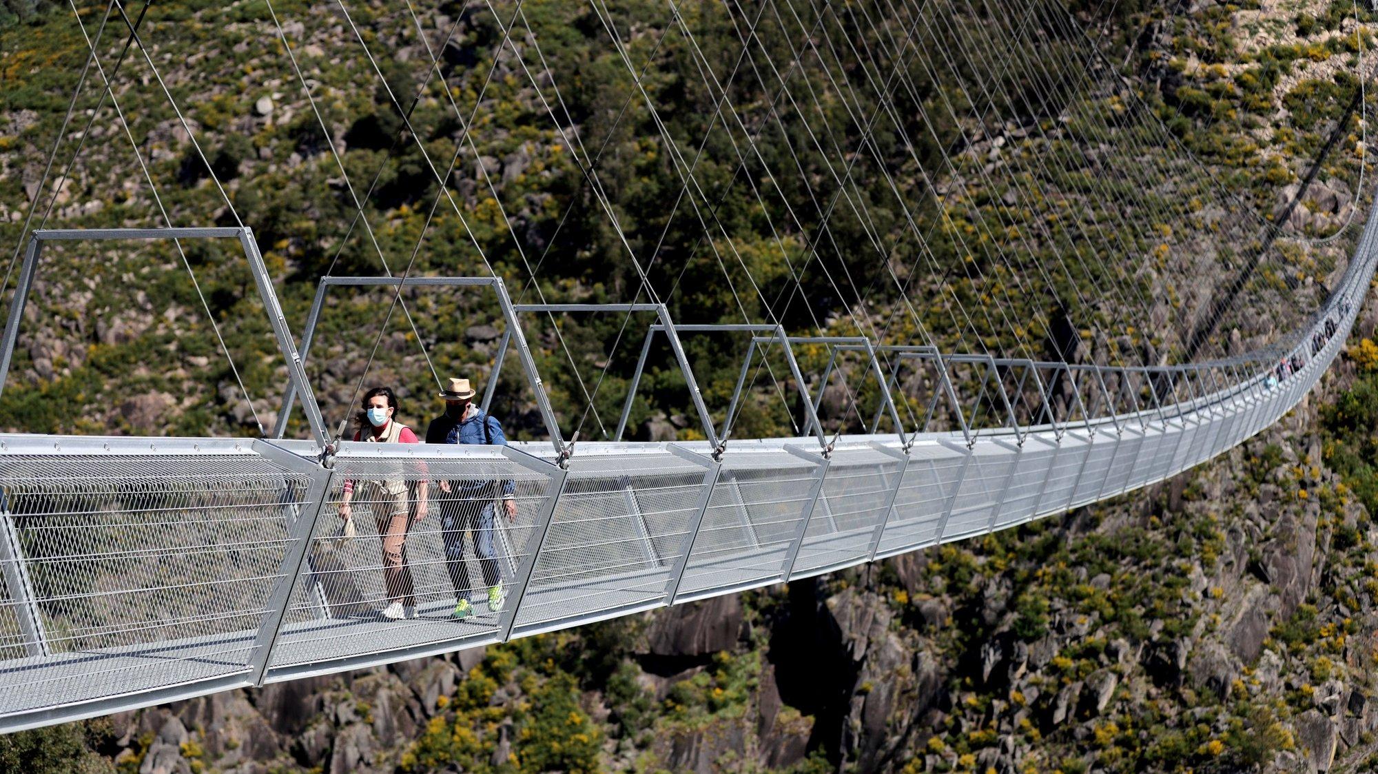 """Vista para a """"516 Arouca"""", considerada a maior ponte pedonal suspensa do mundo, com 516 metros de comprimento e 175 metros de altura, em Arouca,16 de abril de 2021. Situada junto aos Passadiços do Paiva e segura por cabos de aço dispostos 175 metros acima do leito do rio, aquela que se antecipa como uma das principais atrações turísticas do distrito de Aveiro está concluida e pode ser visitada pelo público em geral a partir de dia 03 de maio. (ACOMPANHA TEXTO DE 28/04/2021) ESTELA SILVA/LUSA"""