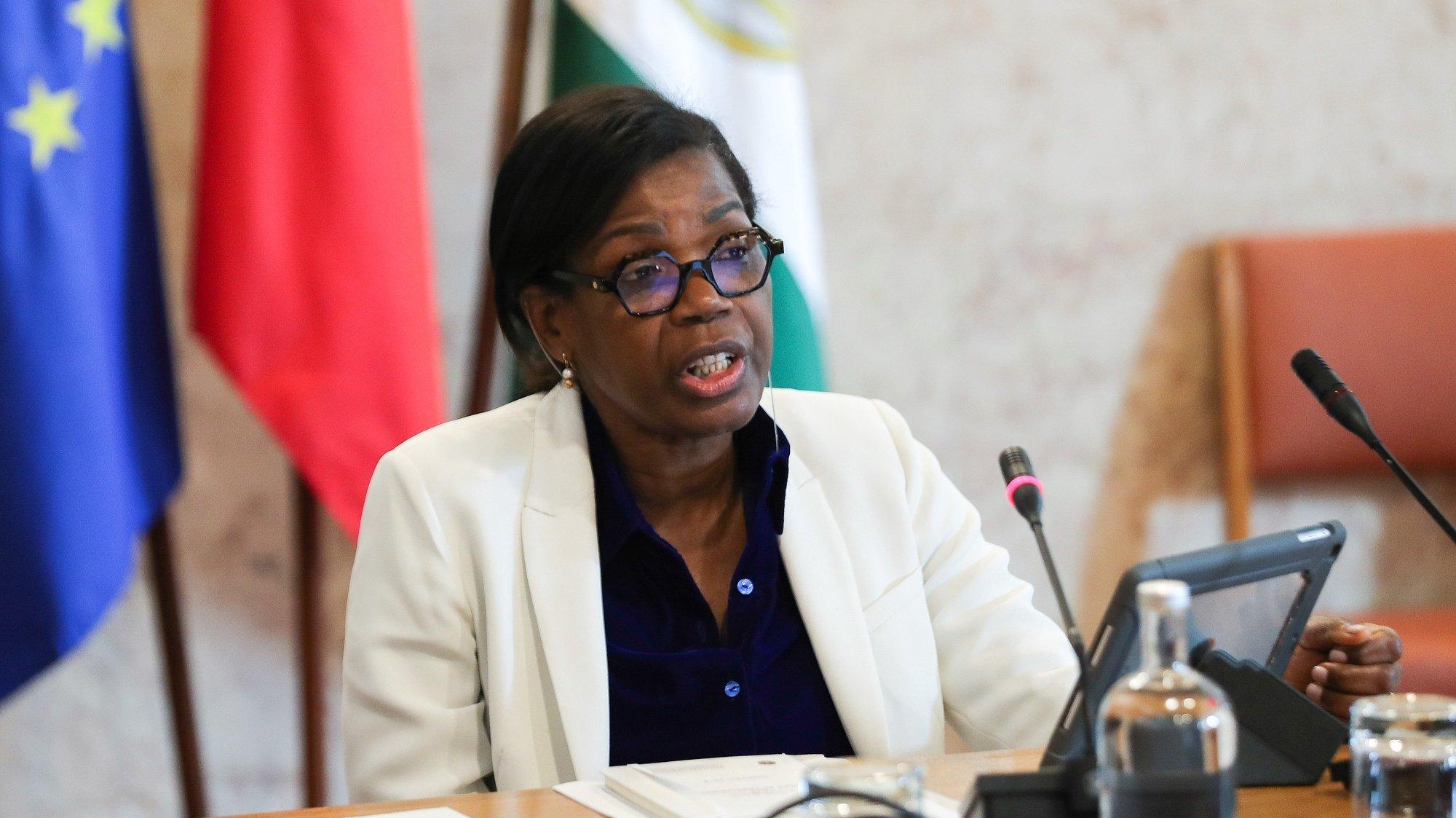 A ministra da Justiça, Francisca Van Dunem, fala durante a sua audição perante a Comissão de Assuntos Constitucionais, Direitos, Liberdades e Garantias, na Assembleia da República, em Lisboa, 28 de abril de 2020. MIGUEL A. LOPES/LUSA