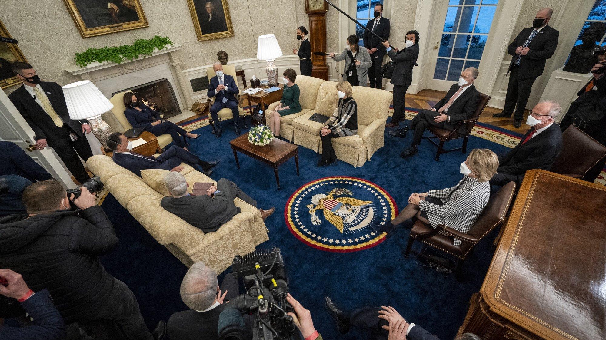 epa08980499 US President Joe Biden and Vice President Kamala Harris meet with Republican Senators about the American Rescue Plan, in the Oval Office of the White House, in Washington, DC, USA, 01 February 2021.  EPA/Doug Mills / POOL