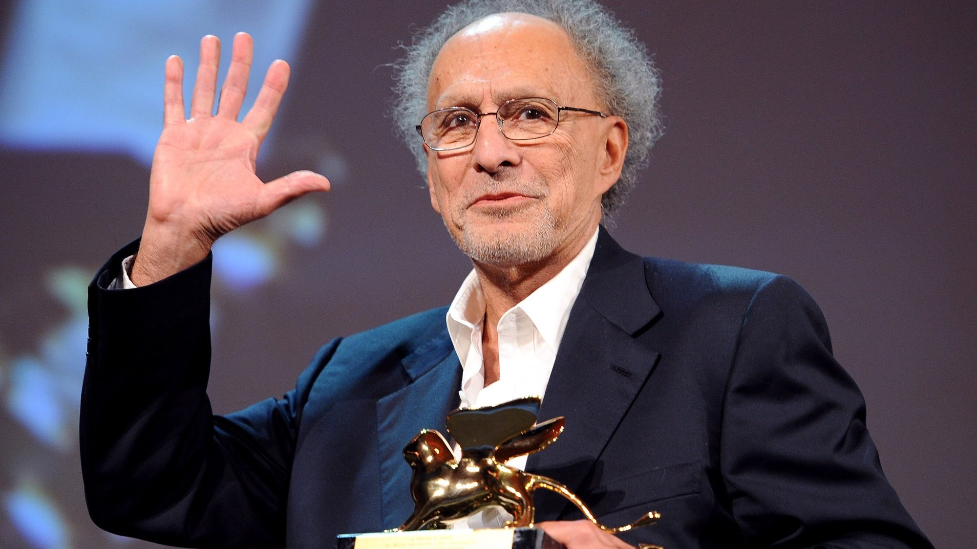 epa02329436 US director Monte Hellman poses with the Special Golden Lion award for his movie 'Road to nowhere' during the closing award ceremony of the 67th annual Venice Film Festival in Venice, Italy, 11 September 2010. The award ceremony is followed by the screening of 'The Tempest' by US director Julie Taymor, presented out of competition.  EPA/CLAUDIO ONORATI