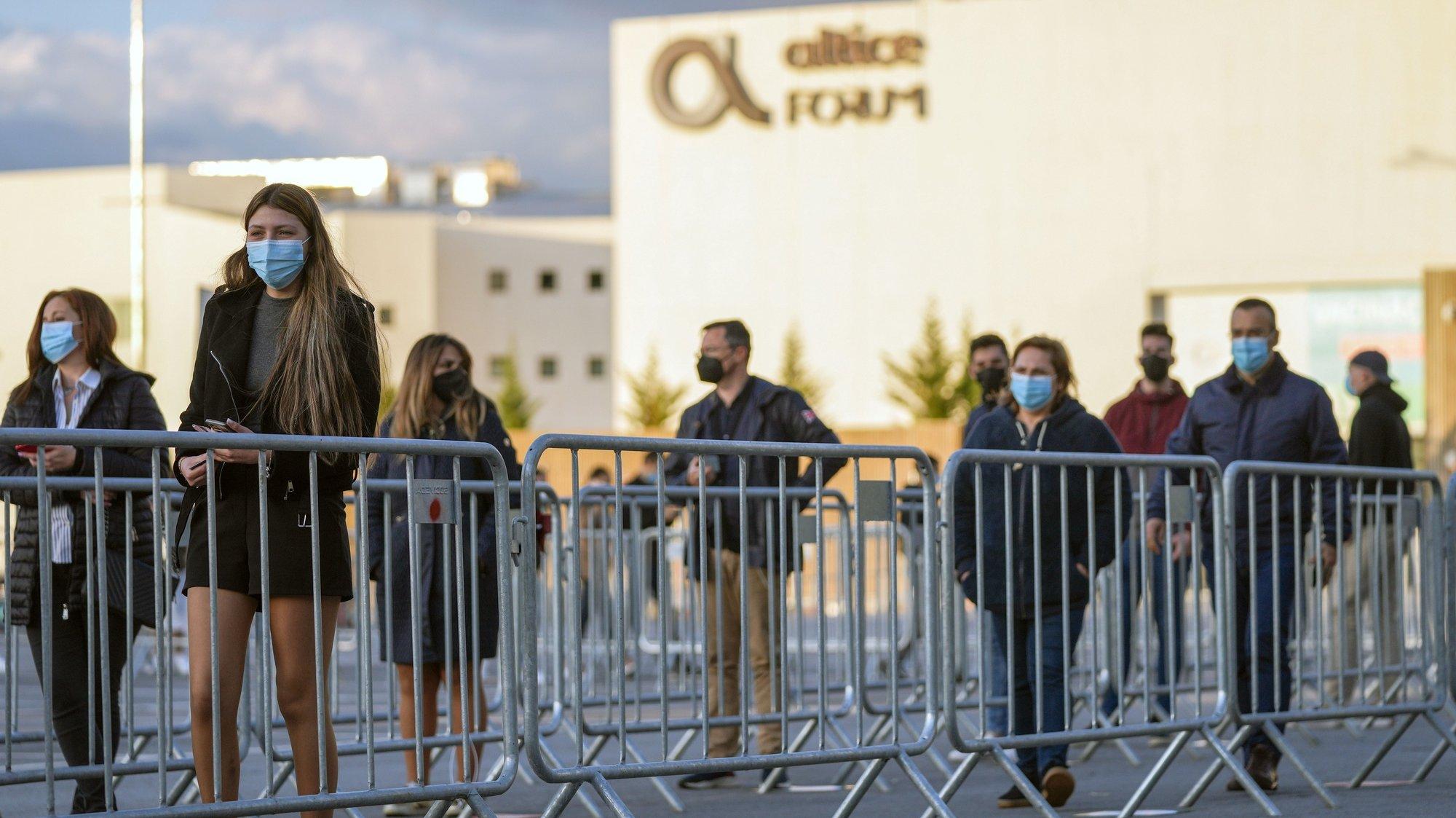 Pessoas aguardam a entrada para a realização de testes ao virus da covid-19 pouco antes do espetáculo do humorista Fernando Rocha, o 1.º evento-teste para realização de grandes espetáculos ao vivo, Braga, 29 de abril de 2021. HUGO DELGADO/LUSA