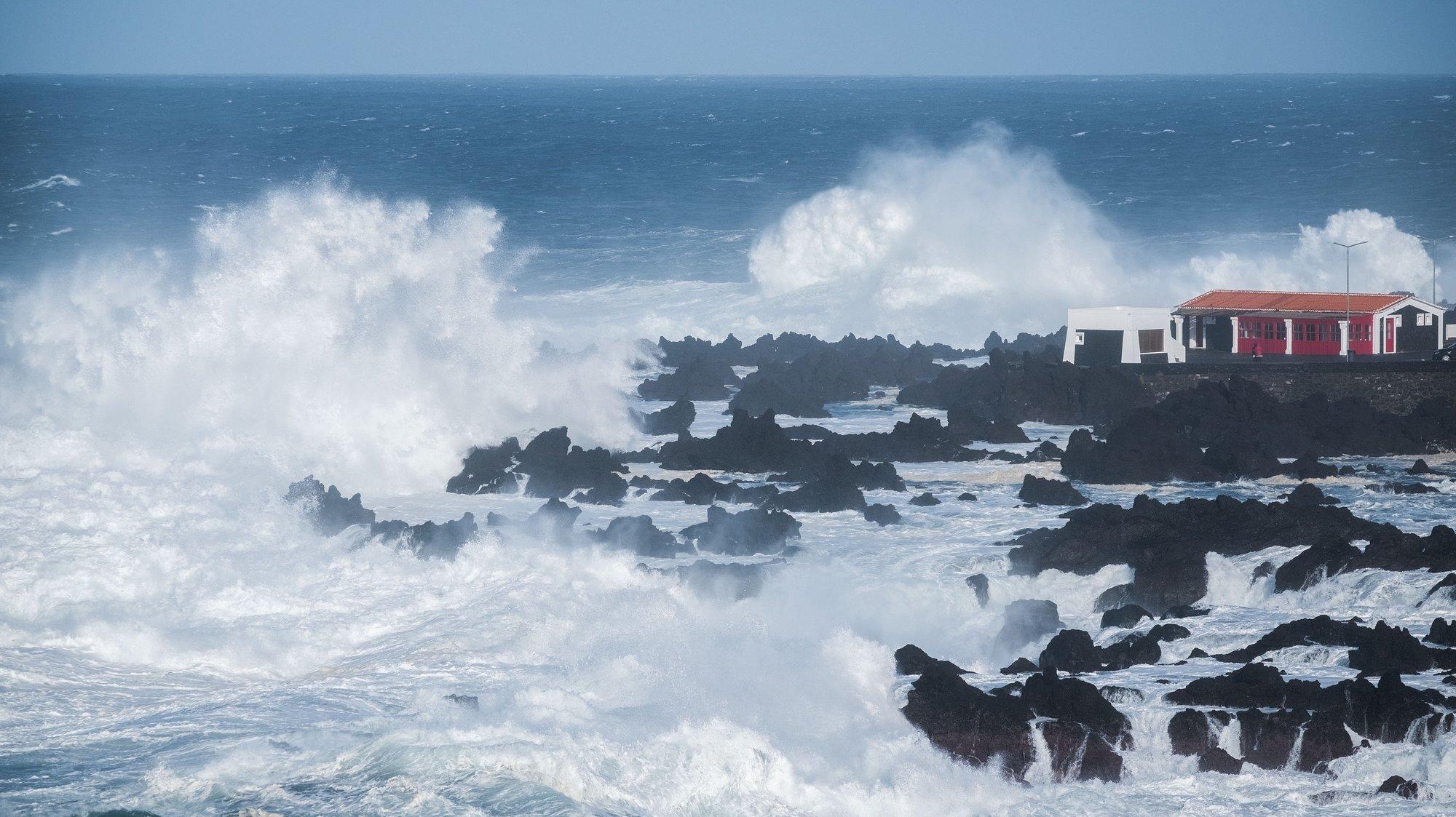O Instituto Português do Mar e da Atmosfera (IPMA) colocou sob aviso laranja os Açores, 16 de novembro de 2018. As ondas podem chegar aos 11 metros de altura o que levou o Instituto Português do Mar e da Atmosfera a emitir aviso vermelho, para agitação marítima nas ilhas das Flores e do Corvo. ANTÓNIO ARAÚJO / LUSA